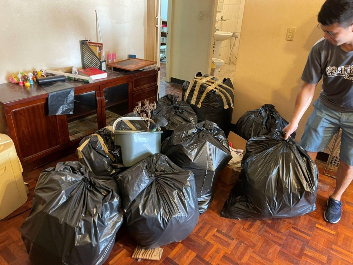 搬家推薦【榮福搬家】搬家口碑第一、台北搬家、新北搬家:【廢棄物處理清運、家庭家具垃圾處理】榮福搬家師傅將顧客不要的雜物全部清理裝袋打包,再用黃色透明膠帶將塑膠袋開口處緊封。