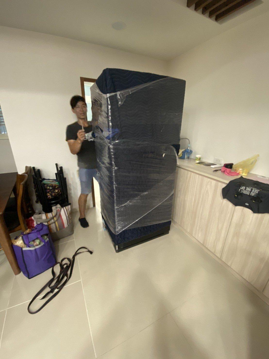 台北搬家、家庭搬家【榮福搬家】南港搬家公司,值得您的選擇與信賴:冰箱搬至新家後就定位後的拆包裝細心服務圖一