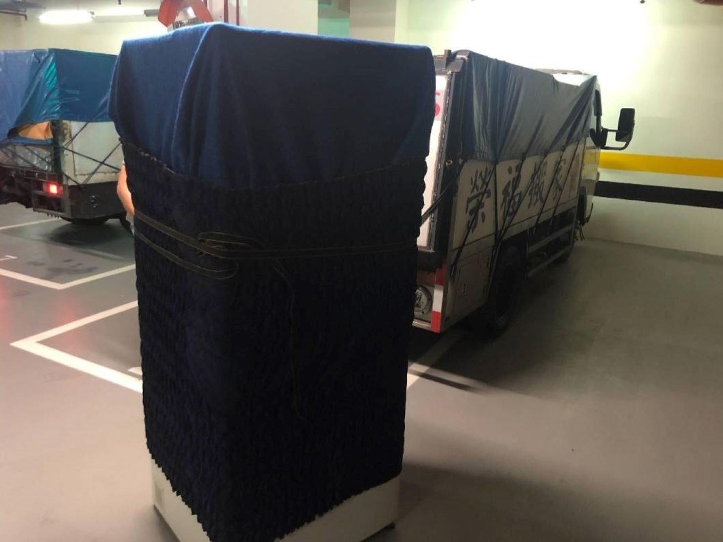 搬家推薦【榮福搬家】搬家口碑第一、台北搬家、新北搬家:家用4門冰箱以軍毯和布套上下包覆後繫上束帶,防止碰撞或磨損刮傷。