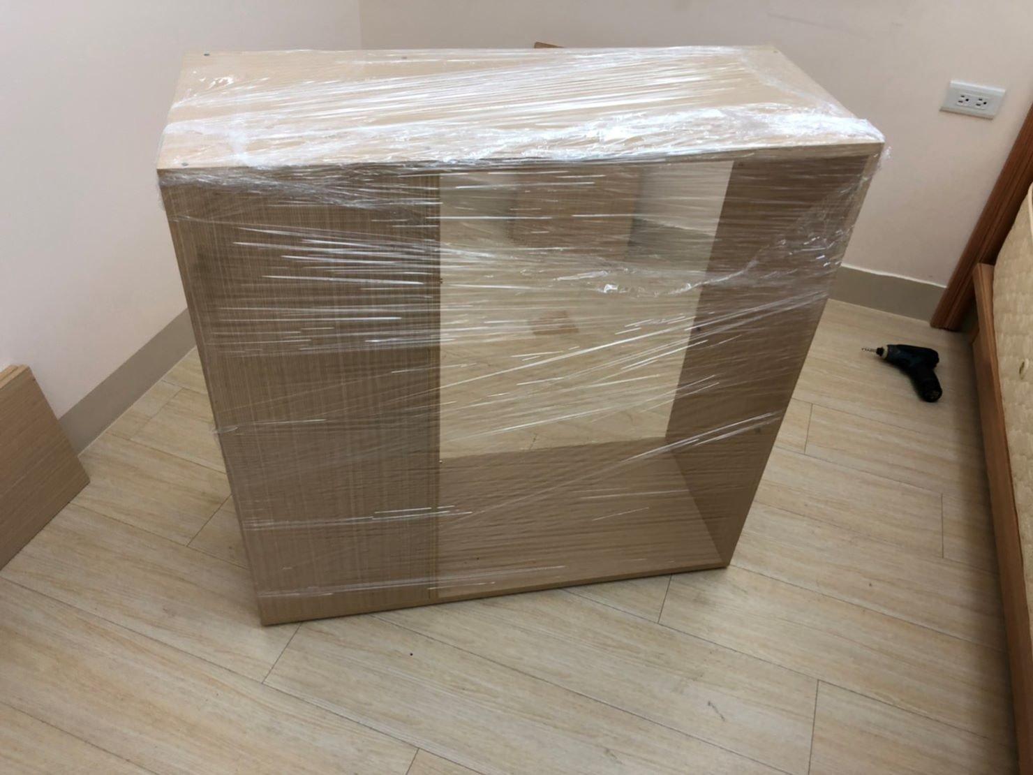 台北搬家公司推薦【榮福搬家公司】值得您來選擇:木製格子櫃以膠膜來做包裝作業,可防塵、防潮、防磨損。