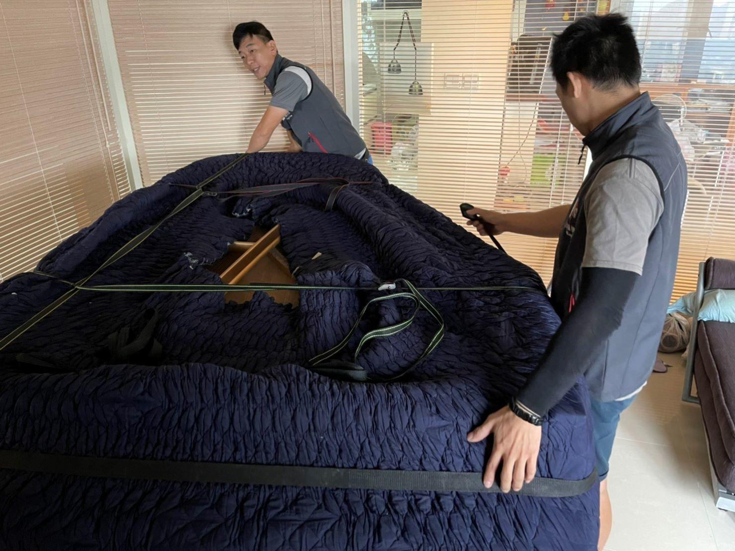 搬家推薦【榮福搬家】搬家口碑第一、台北搬家、新北搬家:【鋼琴搬運】榮福搬家鋼琴組師傅每位平均有8年的搬運經驗,對於各式各樣鋼琴的包裝及搬運的駕輕就熟,細膩且有效率的包裝都是專業訓練過的,給予顧客最優質且有保障的鋼琴搬運服務。