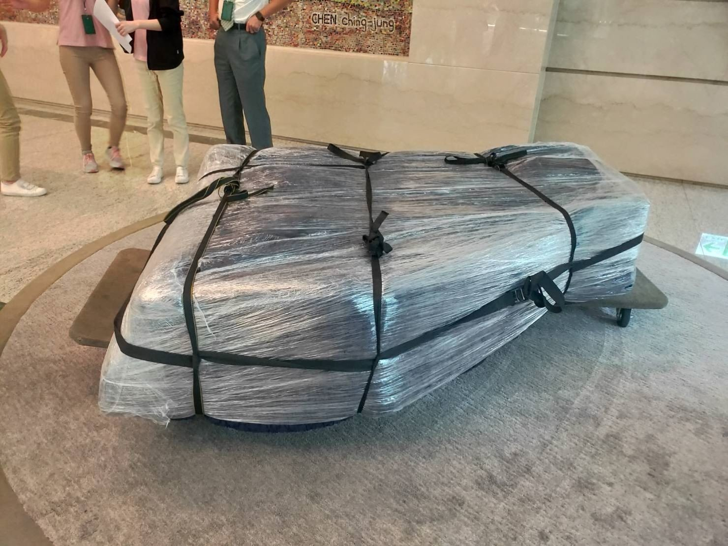 搬家公司【榮福搬家公司】搬鋼琴、搬平台三角琴、鋼琴搬運、值得您的信賴與選擇:將包裝好的YAMAHA三角鋼琴放置兩塊拖板車上運送。