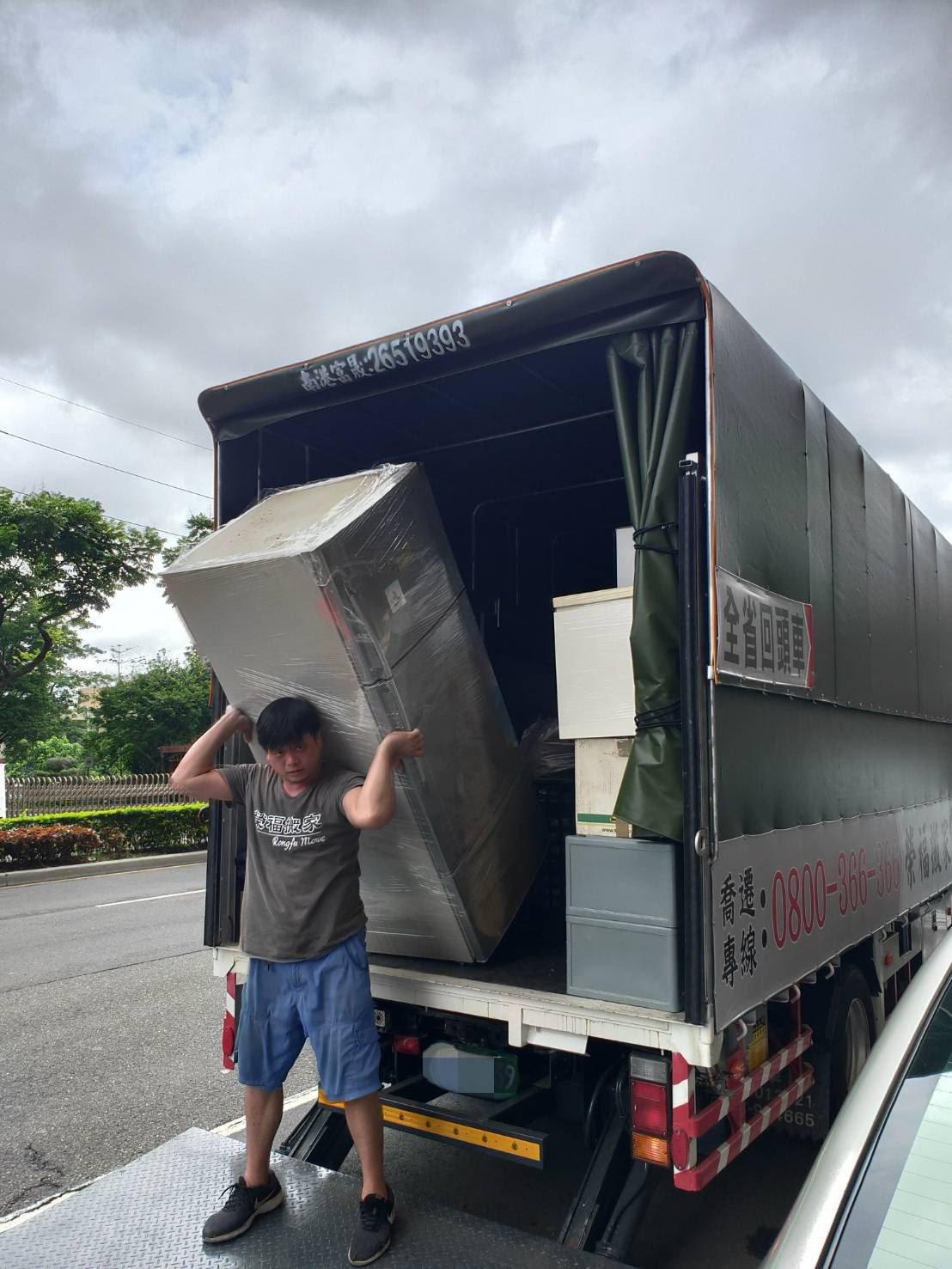 將冰箱搬運至大貨車上固定擺放-台北搬家公司推薦榮福搬家
