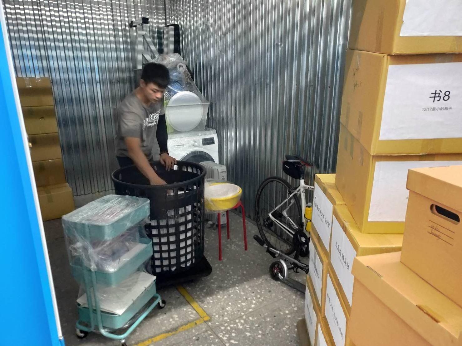 搬家公司推薦【榮福搬家貨運有限公司】搬家口碑第一、、台北搬家:現場榮福有提供黑色簍子給客戶裝些小物。