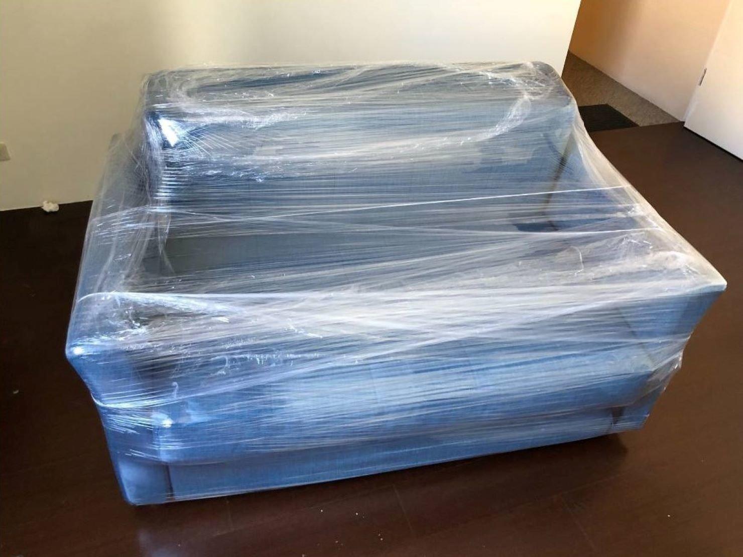 搬家公司【榮福搬家】精緻搬家、優質搬家服務,值得您的信賴與選擇:小沙發椅精緻包裝-以膠膜反覆綑繞、完整包覆,防刮防塵防水多種功效。