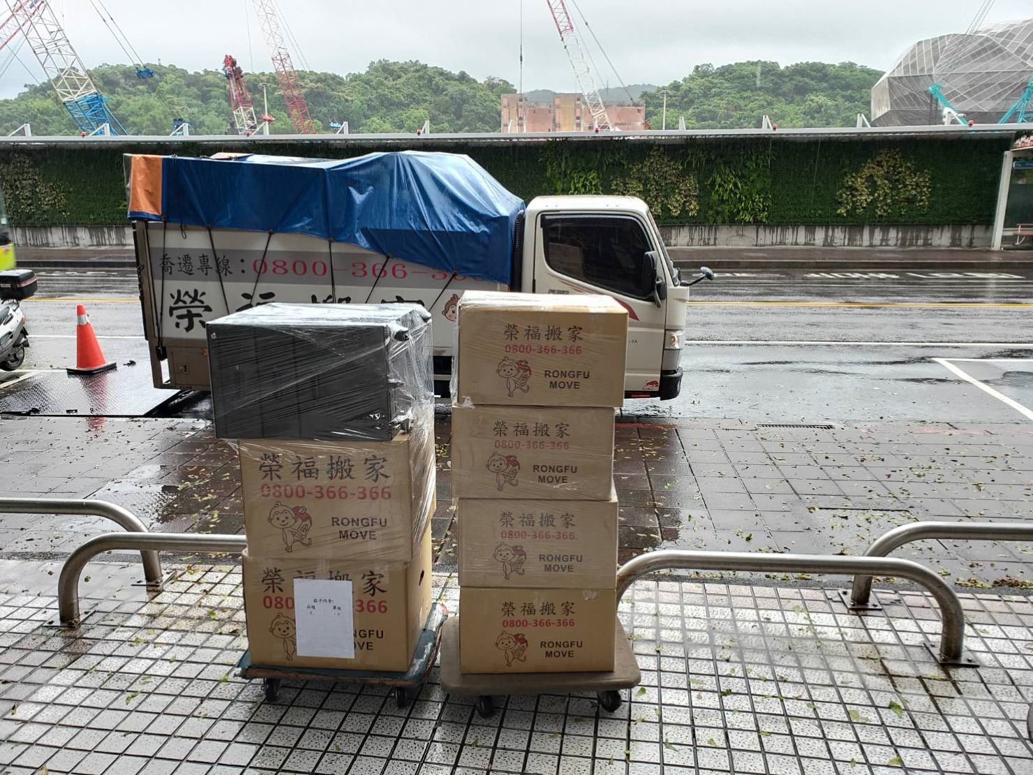 搬家公司【榮福搬家】口碑第一、台北搬家、新北搬家:物品裝箱後外層再以膠膜層層綑繞,防止雨水滲入