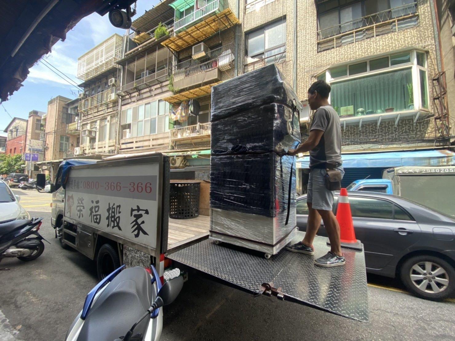 搬家公司【榮福搬家公司】台北搬家、新北搬家、重物搬運推薦值得您的信賴與選擇:將冷凍冰箱推至升降板上,準備從貨車上卸下了。