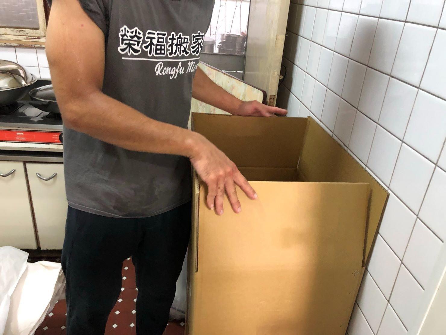 免動手搬運【榮福搬家】專業服務值得您的選擇:廚房開始打包中-打包裝箱服務,榮福搬家;台北搬家推薦