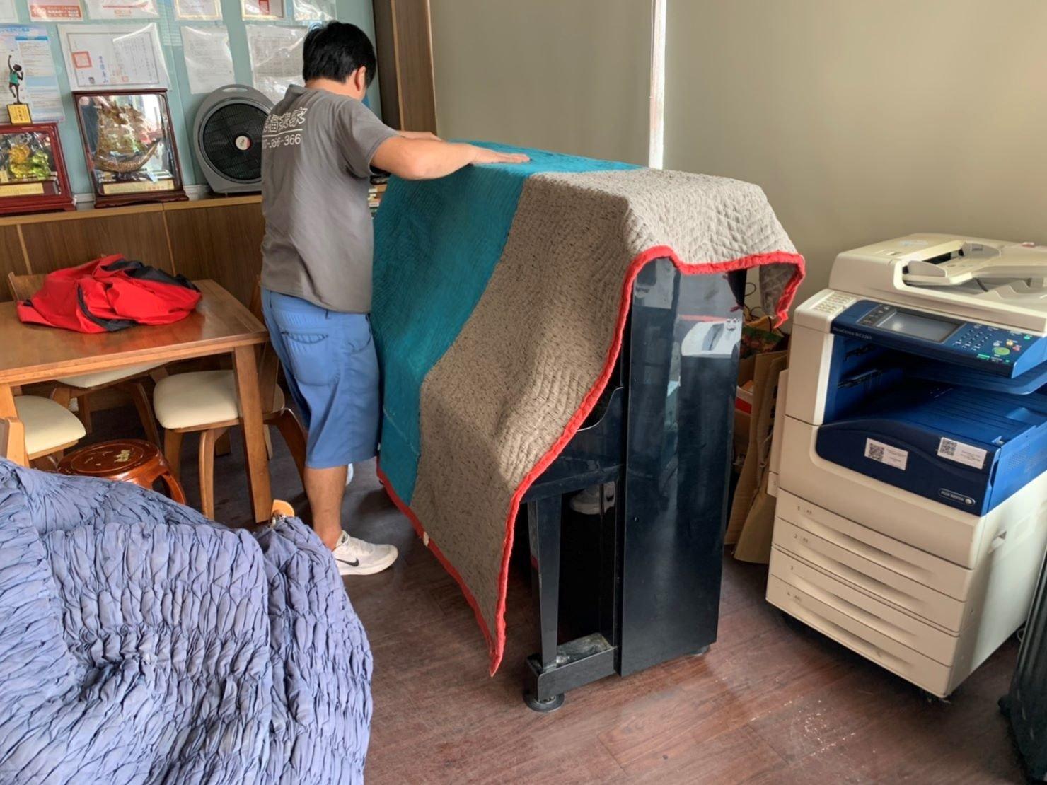 台北搬家公司推薦【榮福搬家公司】搬鋼琴值得您來選擇:Yamaha山葉鋼琴回頭車鋼琴包裝與搬運也是以最高品質來做服務。