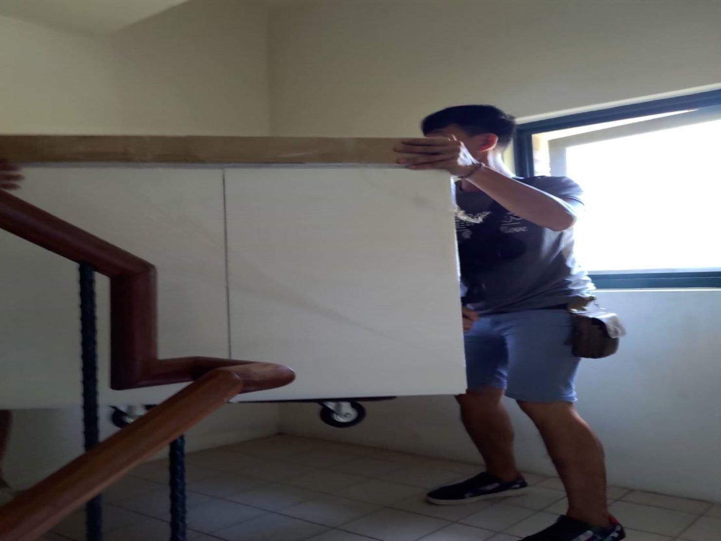 搬魚缸【榮福搬家】搬重物、搬金庫、台北搬家推薦:搬運至樓梯彎處,需要兩位師傅的默契及技巧
