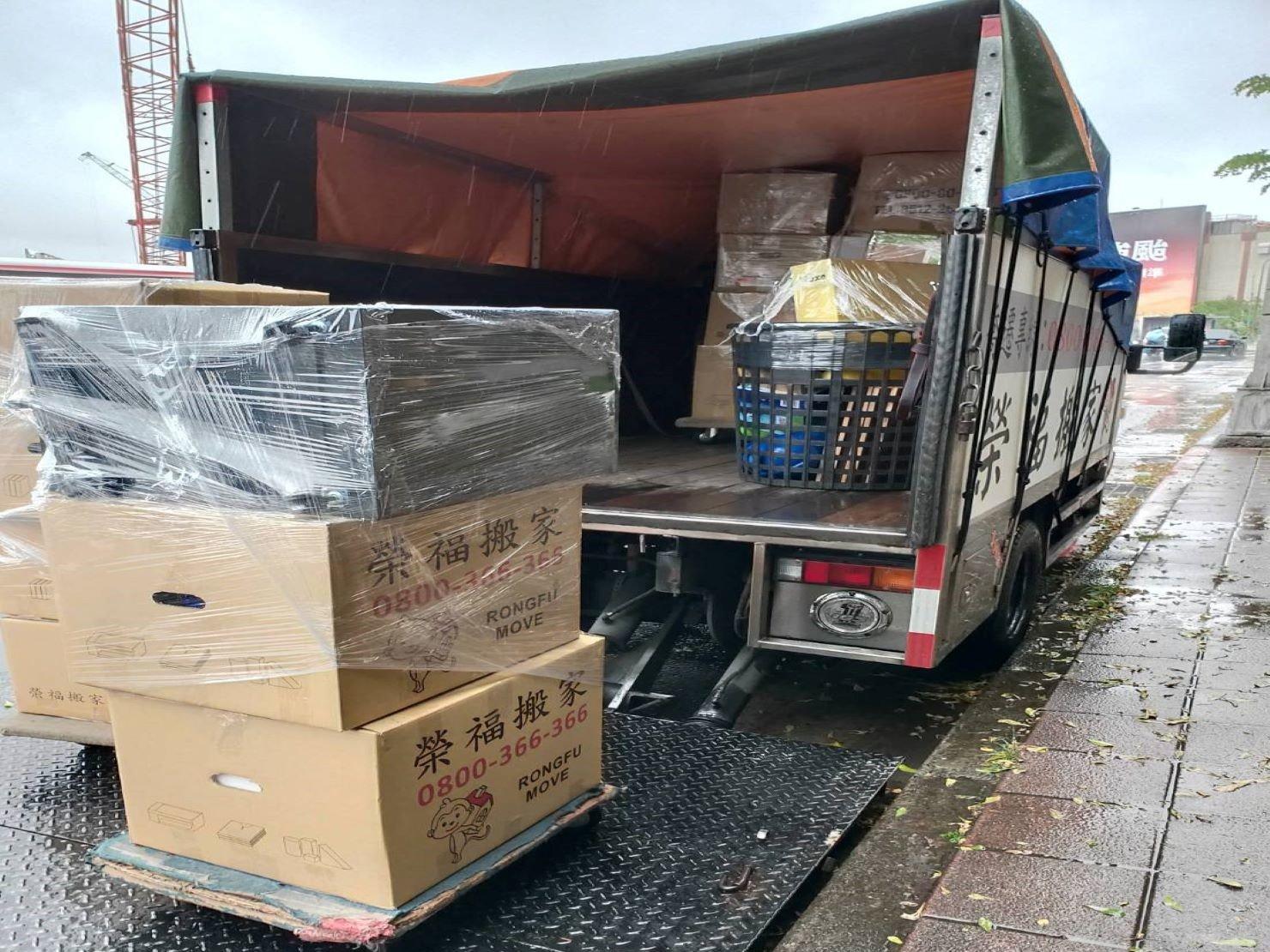 搬家公司【榮福搬家】口碑第一、台北搬家、新北搬家:榮福搬家貨車皆備有帆布,避免雨水滲入車內