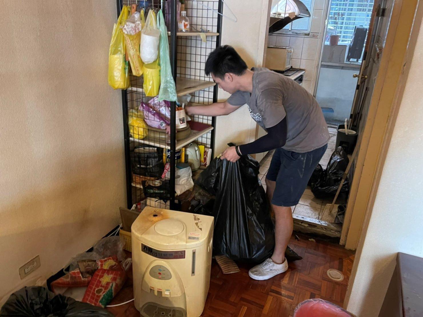 搬家推薦【榮福搬家】搬家口碑第一、台北搬家、新北搬家:【廢棄物處理清運、家庭家具垃圾處理】榮福搬家師傅在清運顧客家中的垃圾是非常快速有效率的。