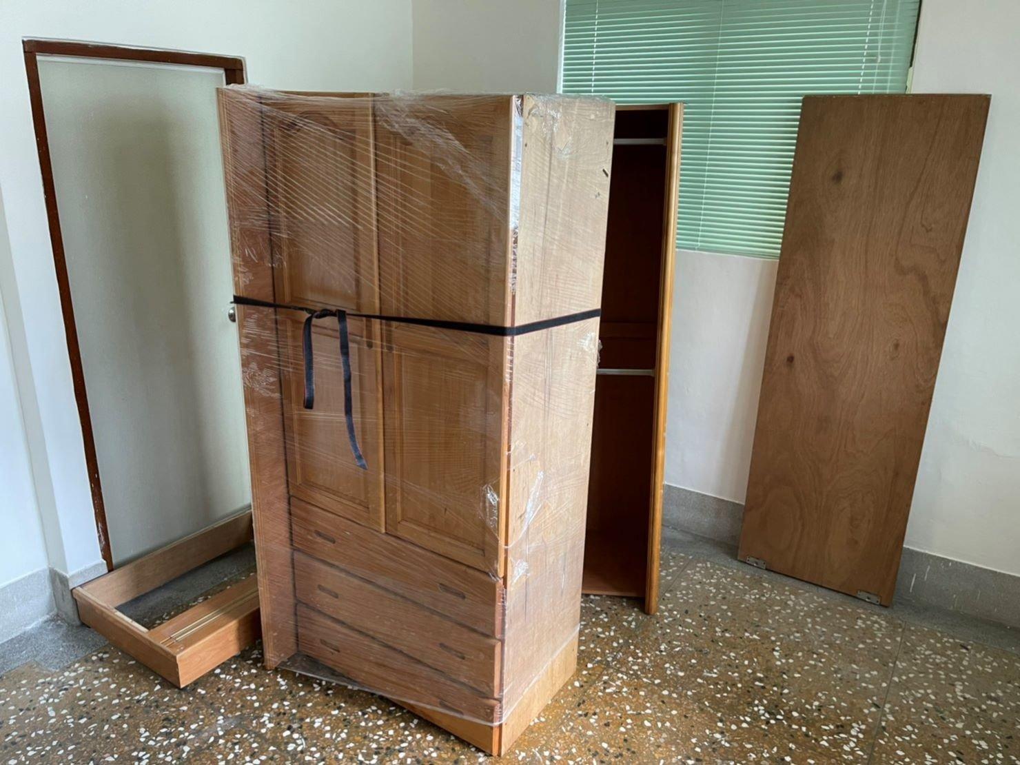 新北搬家【榮福搬家】搬家首選、台北搬家推薦:搬木製衣櫃-將拆分開的衣櫃以膠膜層層捆繞,避免摩擦受損、也可防塵防水;最後繫上束帶防止膠膜鬆散脫落。