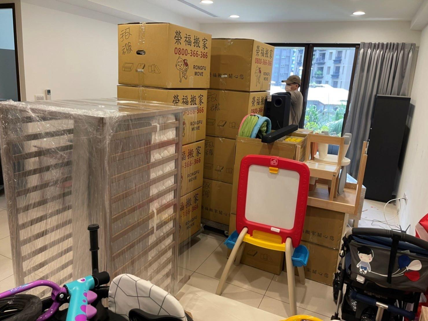 專人打包、搬家公司推薦、新北搬家公司推薦【榮福搬家公司】基隆搬家、南港搬家、桃園搬家公司推薦、家庭搬家、精緻搬家、精緻包裝、打包裝箱、跨縣市搬家、搬工計時、廚房家電包裝、廚房碗盤、人工搬運、搬家具、白土報紙、搬家首選、搬家紙箱、氣泡捲、膠膜、黃色透明膠帶、大型家具搬運、台北搬家公司推薦:大台北搬家,精緻包裝搬運「細膩包裝、專業搬運、用心服務、以客為尊」是榮福搬家公司的宗旨與精神。歡迎立即來電02-2651-2727專人服務。