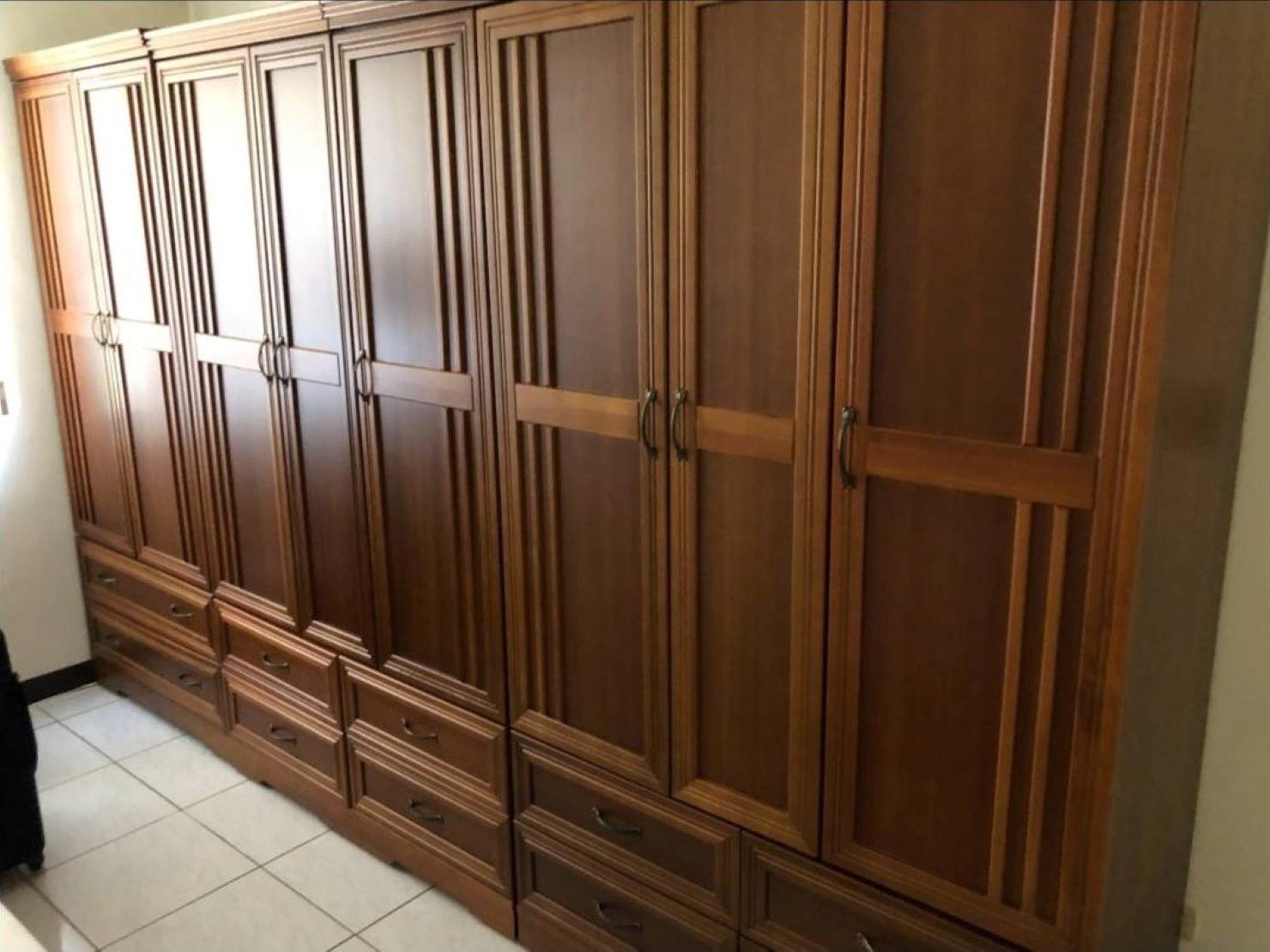 搬家公司【榮福搬家公司】拆裝家具、 搬家值得您的信賴與選擇:大型木製衣櫃簡易拆裝-只要將衣櫃中間的螺絲卸下就可以分成上下層了,也方便師傅們搬運。