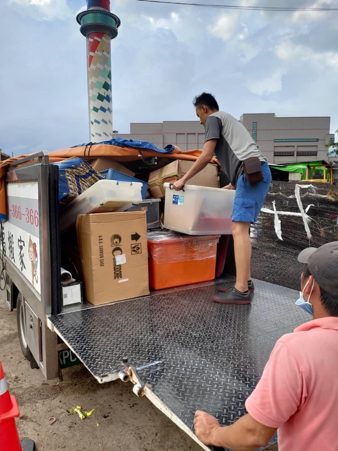 清垃圾、搬家首選、搬家公司推薦、新北搬家公司推薦【榮福搬家公司】南港搬家、桃園搬家公司推薦、台北搬家公司推薦、廢棄家具處理、不要的家具怎麼辦、廢棄家具清運、搬垃圾處理、家庭廢棄物清運、廢棄物處理、搬運廢棄物、家具垃圾處理、大型家具清運、搬神明桌、台北市垃圾清運、垃圾清運價格、家庭垃圾清運、清運、搬家具、冰箱搬運、搬洗衣機、基隆搬家、搬家電、床墊搬運、搬衣櫃、搬大型家具、搬公司行號、家庭搬家、整屋清空、搬鋼琴、搬工計時、人工搬運、搬運、搬家紙箱,針對顧客都秉持以用心實在專業搬家技巧,搬家實在用心值得您的信賴與選擇。歡迎來電咨詢02-2651-2727,榮福搬家有專員立即為您服務。