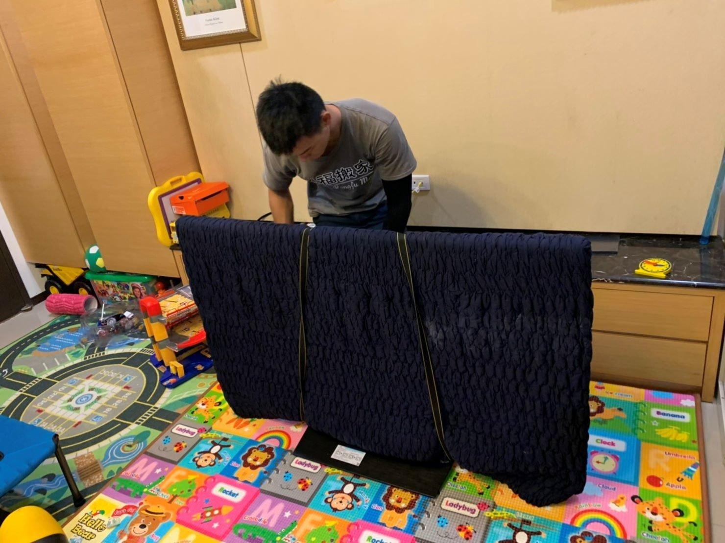 搬家公司推薦【榮福搬家】搬遷好品質值得您的信賴與選擇:榮福搬家搬運65吋液晶電視,以伸縮保護布套將其包覆後再繫上束帶,避免碰撞。