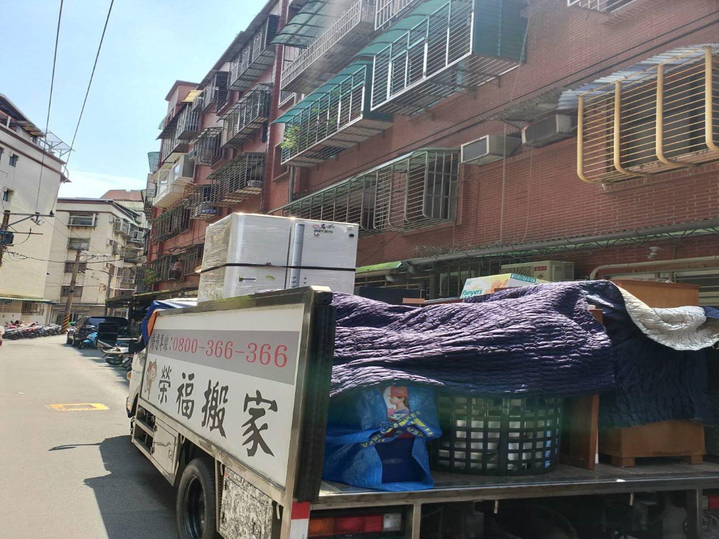 家庭搬遷冰箱搬運以膠膜層層綑繞直立放至固定角落避免遙晃及震動-台北搬家公司推薦榮福搬家