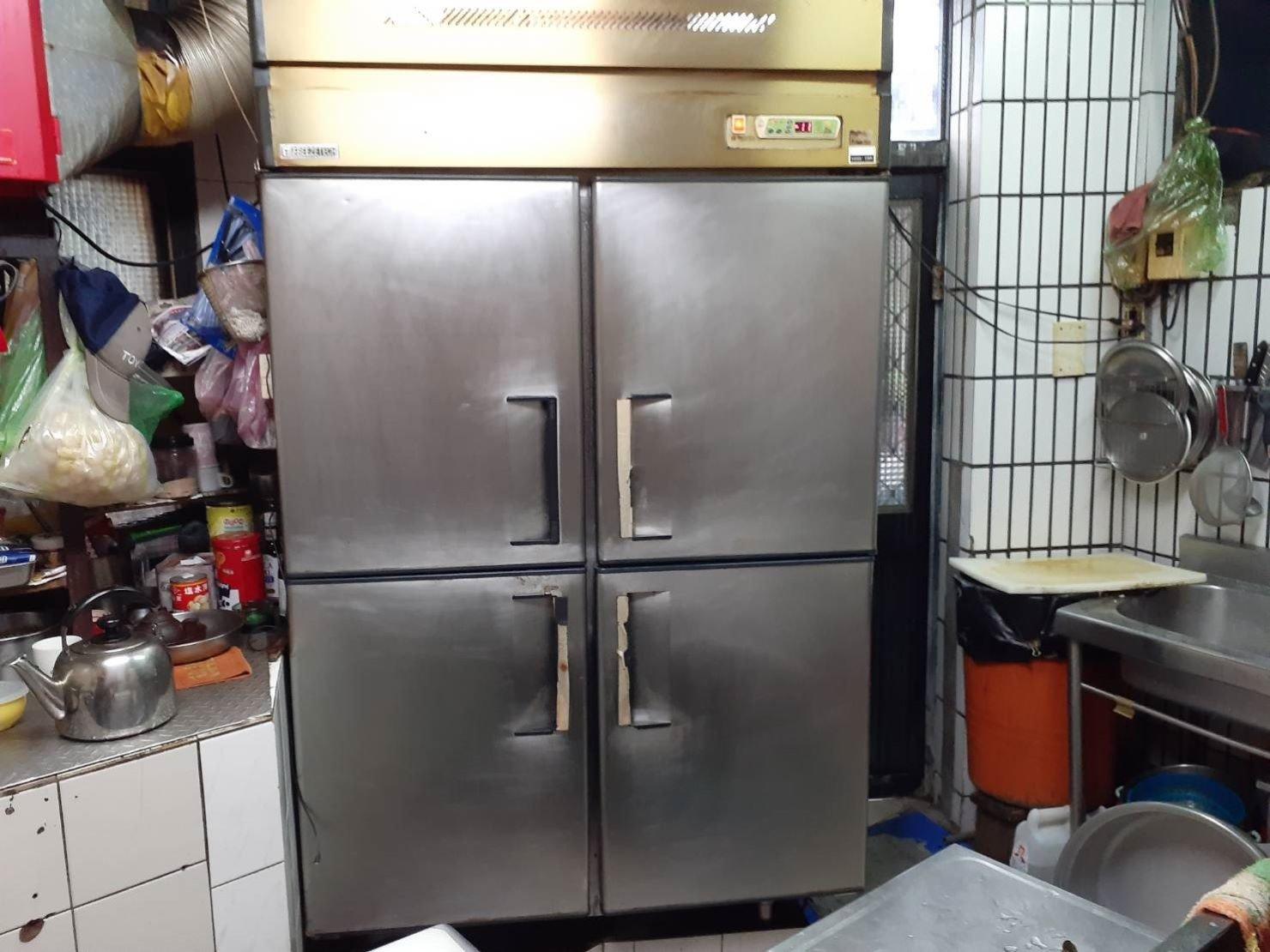 搬營業冰箱【榮福搬家】搬重物口碑第一、台北搬家推薦:營業用4門冰箱,榮福搬家重物組師傅多年搬運經驗及強而有力的雙臂,將它搬運不是問題唷