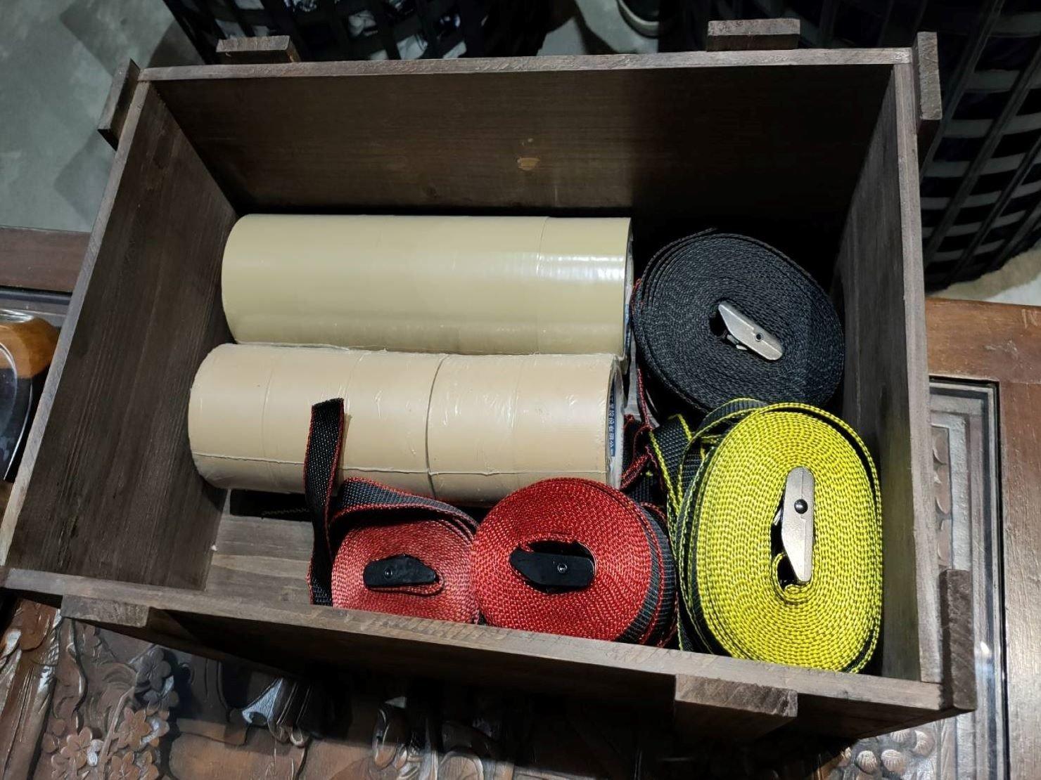 布繩、束帶用於可重覆使用之大型家具、物品上之捆綁固定;膠膜.膠帶(透明和布紋)確保家具類門把和抽屜類等黏貼防護