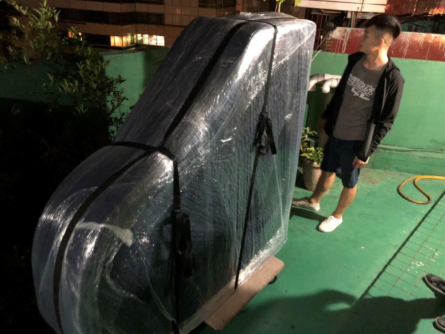 搬KAWAI河合三角演奏琴【榮福搬家公司】新北搬家、台北搬家推薦:吊鋼琴搬運-師傅在頂樓等待吊車升上來,再協助將三角琴綁到吊車上。