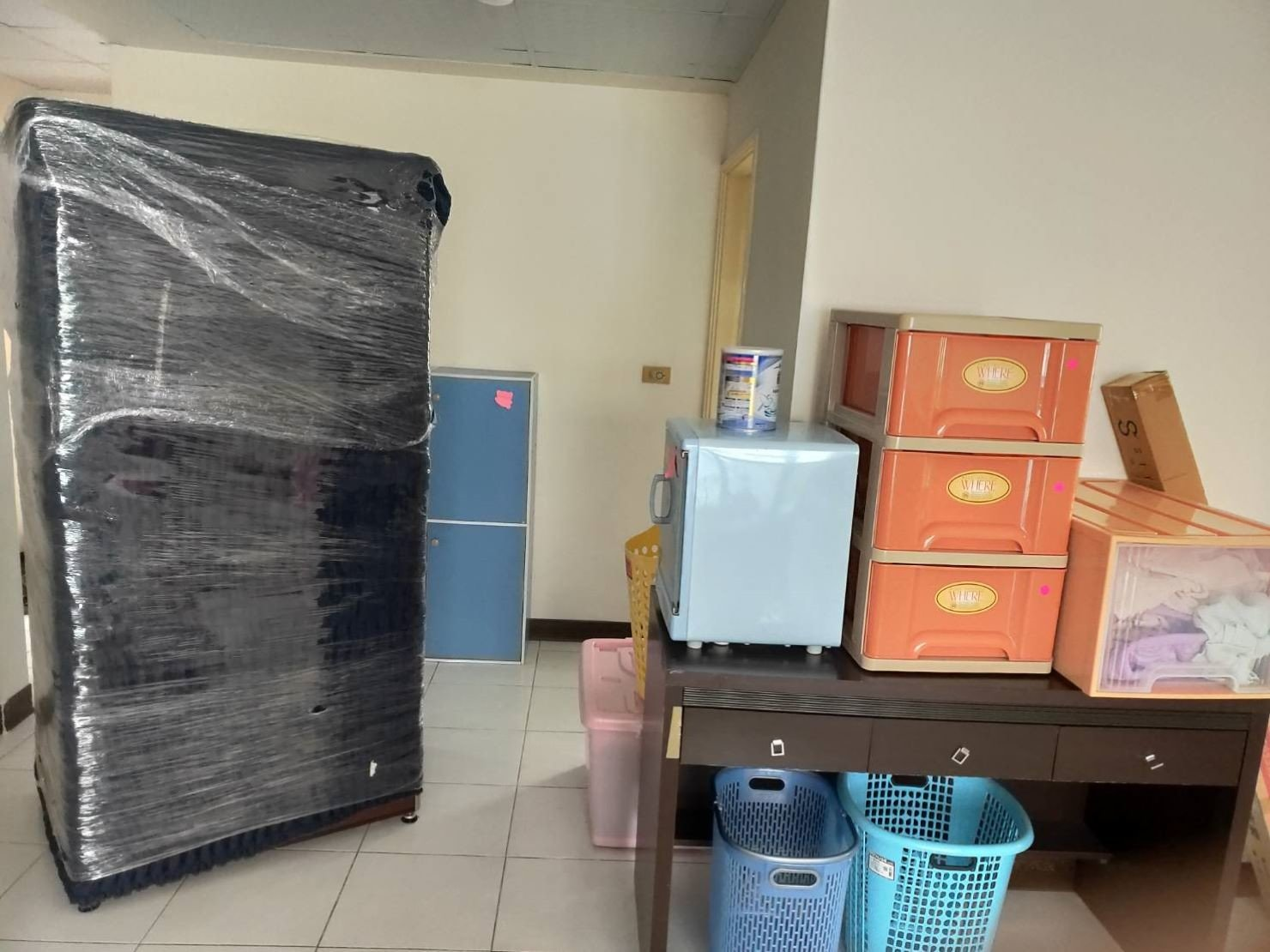 搬家公司【榮福搬家公司】台北搬家推薦口碑第一、台北搬家:師傅們細心專業將冰箱整體妥善包裝做好防護,讓顧客安心將家電交予榮福搬家來搬運。