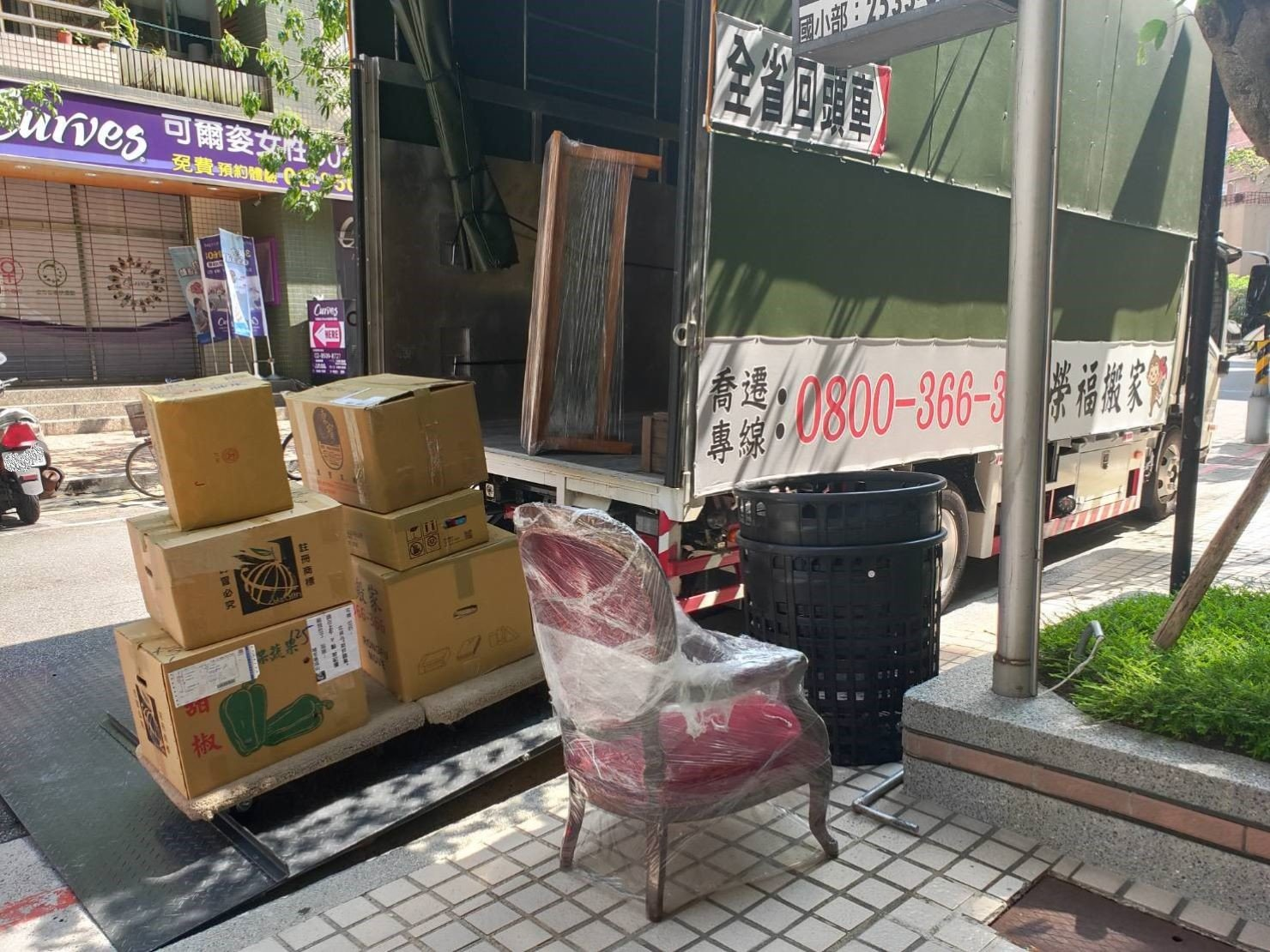 搬家公司【榮福搬家公司】拆裝家具、 搬家口碑第一、台北搬家:家具物件會先放置拖板上再運到大貨車的升降板上,再擺放到貨車裡固定。