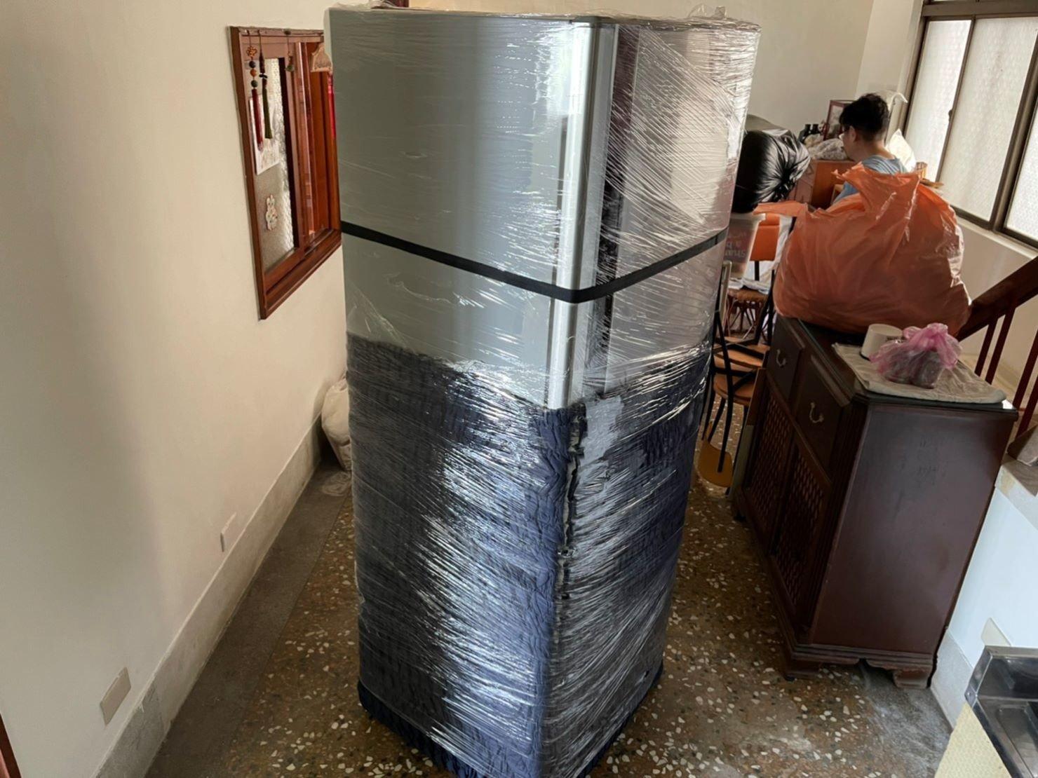 新北搬家【榮福搬家】搬家首選、台北搬家推薦:搬冰箱-先以伸縮布套將冰箱底層包覆,再使用膠膜層層包裹,最後繫上束帶;達到防碰撞、防磨損刮傷、防灰塵、防水氣的多種功效。