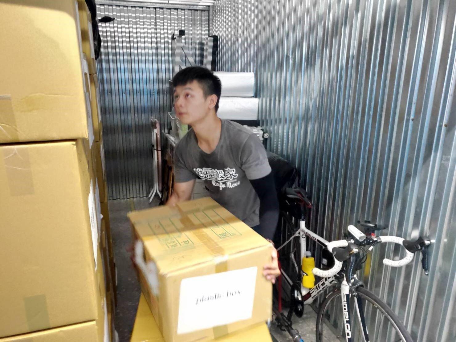 台北搬家公司推薦【榮福搬家公司】搬家值得您來選擇:師傅們按客戶需求將箱子依序堆疊擺放整齊。
