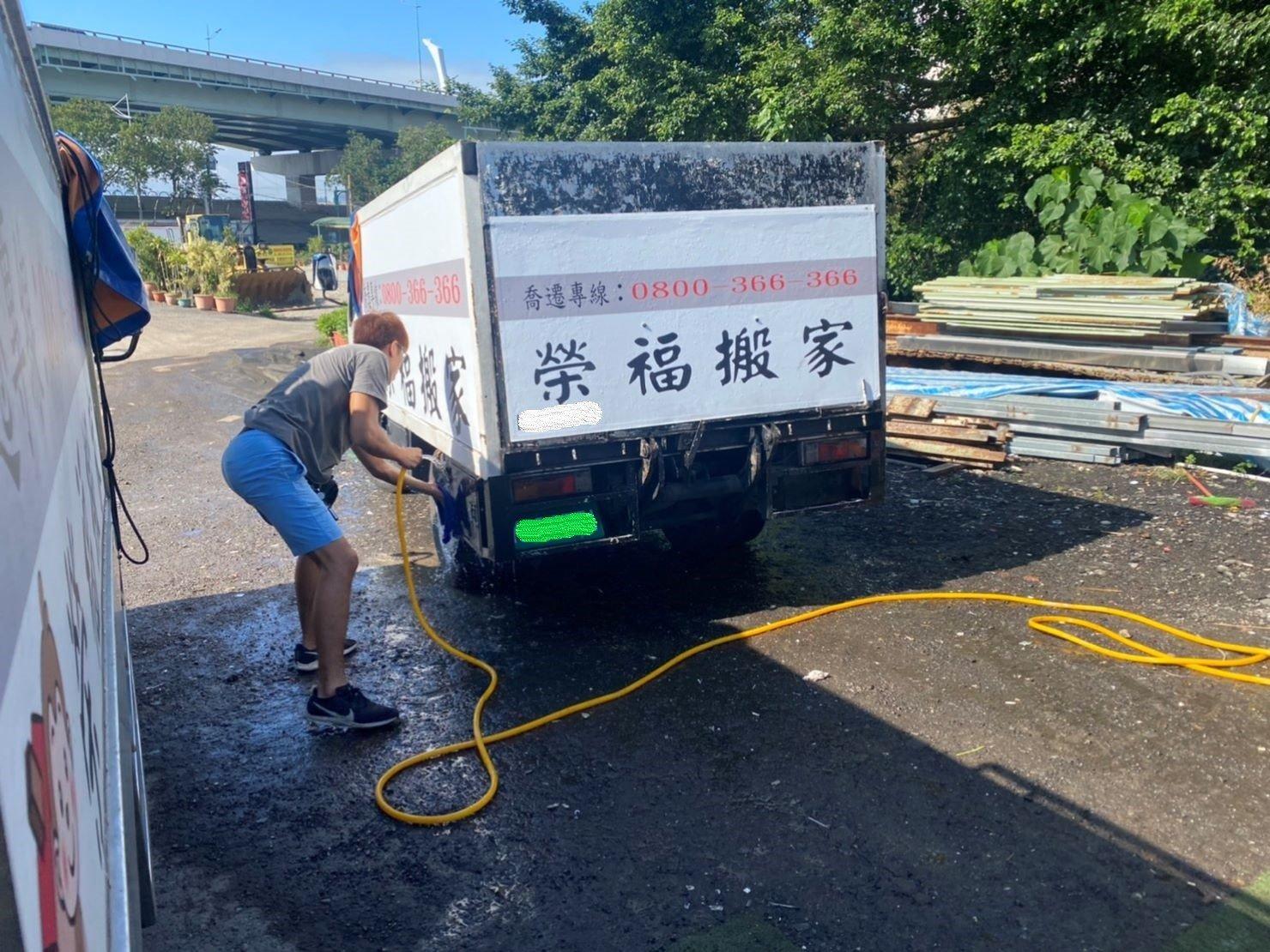 搬家推薦【榮福搬家】搬家口碑第一、台北搬家、新北搬家:廢棄物處理清運完畢後,榮福搬家師傅會將搬家貨車清洗乾淨。
