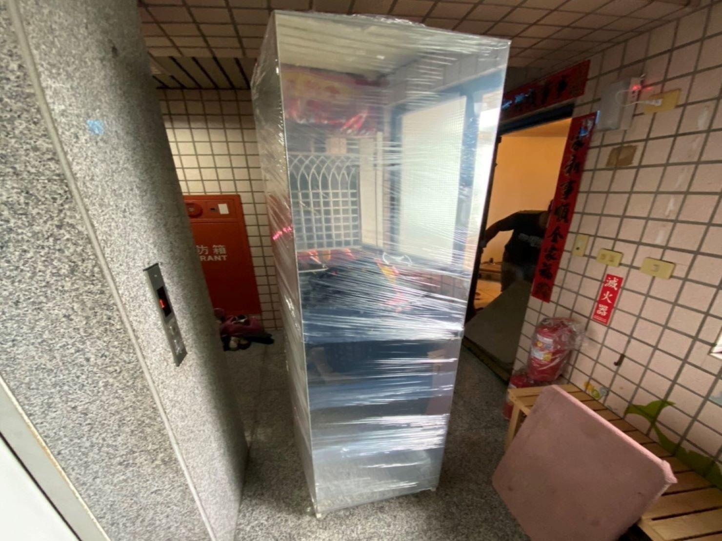 中大型家具搬運【榮福搬家】專業服務值得您的選擇:IKEA衣櫃包裝及搬運-以膠膜反覆綑繞,防磨損及刮傷