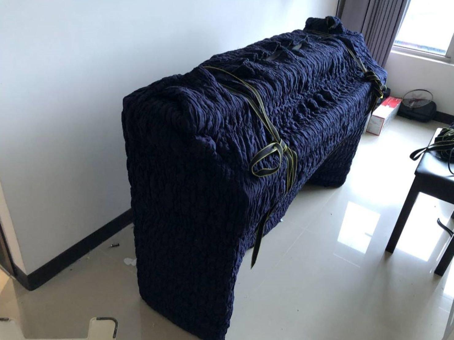 搬家公司推薦【榮福搬家】搬遷好品質值得您的信賴與選擇:電鋼琴以日式伸縮保護布套完整包覆後,兩側再繫上束帶防止布套滑落,也讓師傅們好搬運。
