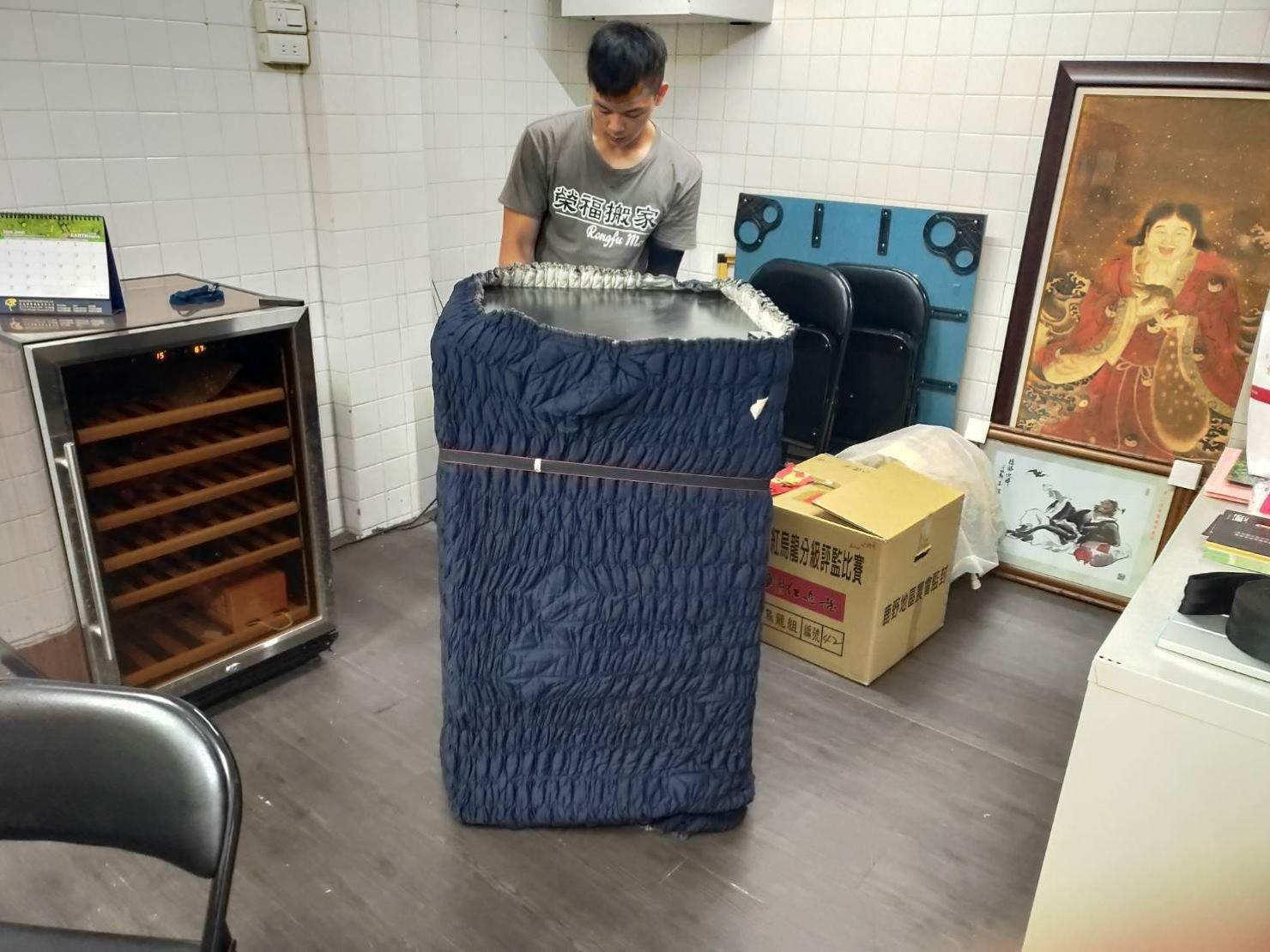 精緻搬家【榮福搬家】裝箱打包、口碑第一、台北搬家推薦:紅酒櫃包裝:先套上一層專業用日式伸縮保護布套,再從中間繫上布繩。