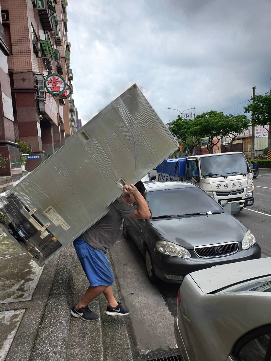 師傅強而有力的雙臂,一肩扛起冰箱-台北榮福搬家搬運公司推薦