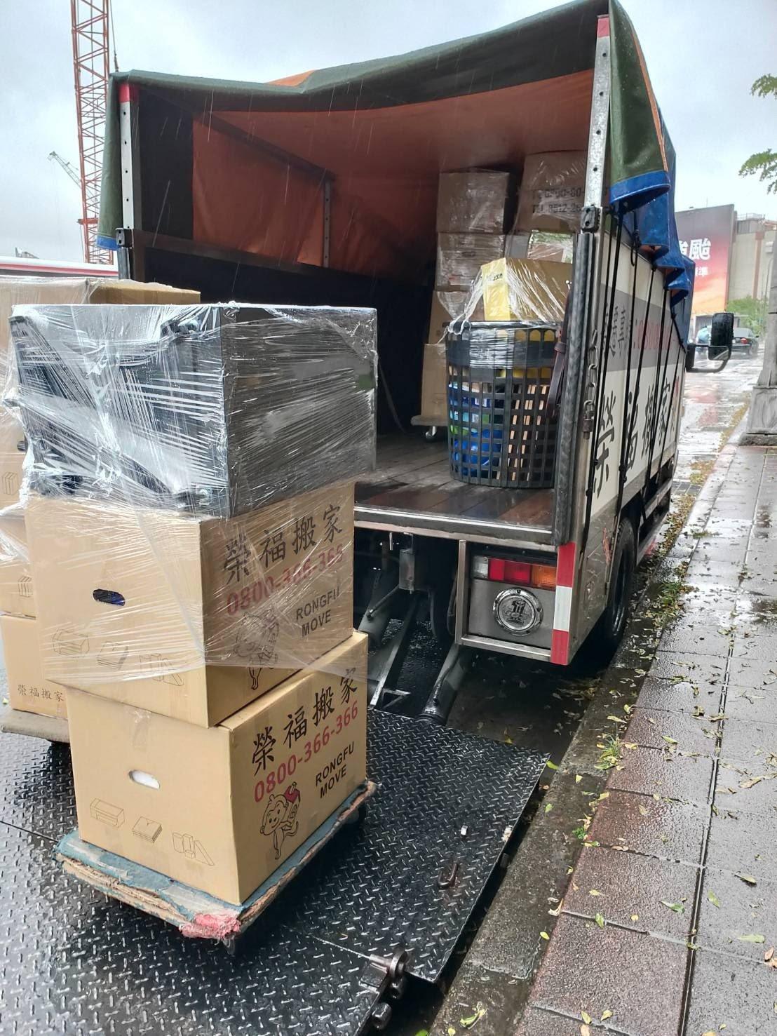 家庭搬家傢俱物品堆疊上車-台北搬家、新北搬家公司推薦|榮福搬家