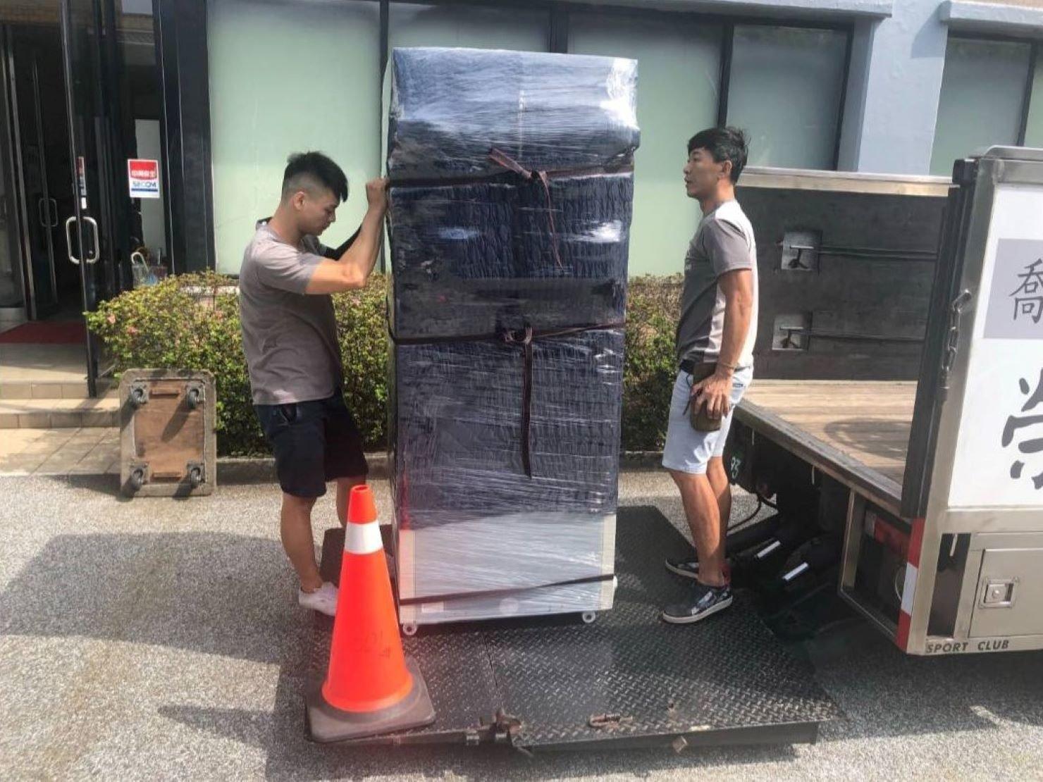 台北搬家公司推薦【榮福搬家公司】重物搬運、搬冰箱值得您來選擇:從實驗室裡將包裝好的冷凍冰箱推出來(冰箱本身就有輪子),準備運上貨車。