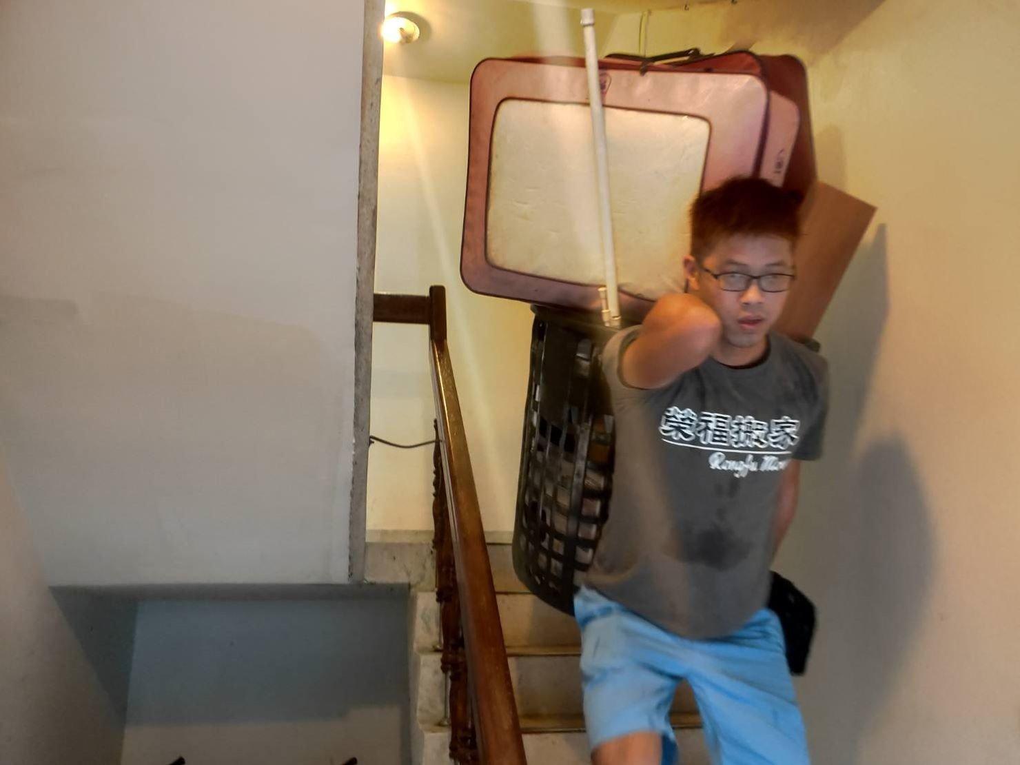 桃園搬家公司推薦【榮福搬家公司】口碑第一、台北搬家:較小物件或裝箱、裝簍子,師傅們以正走方式搬運即可。
