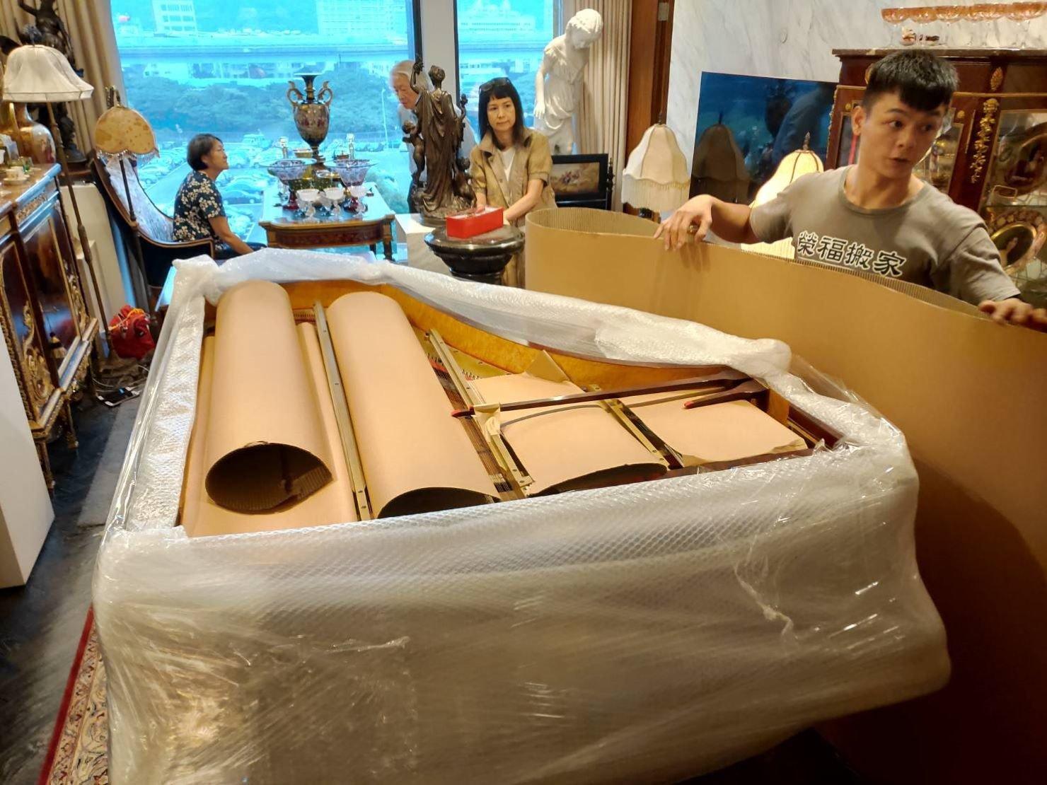 鋼琴搬運【榮福搬家公司】搬鋼琴、搬三角琴、口碑第一、台北搬家:YAMAHA鋼琴或三角琴內部琴弦包裝防護-以瓦楞紙做裁剪後再包覆。