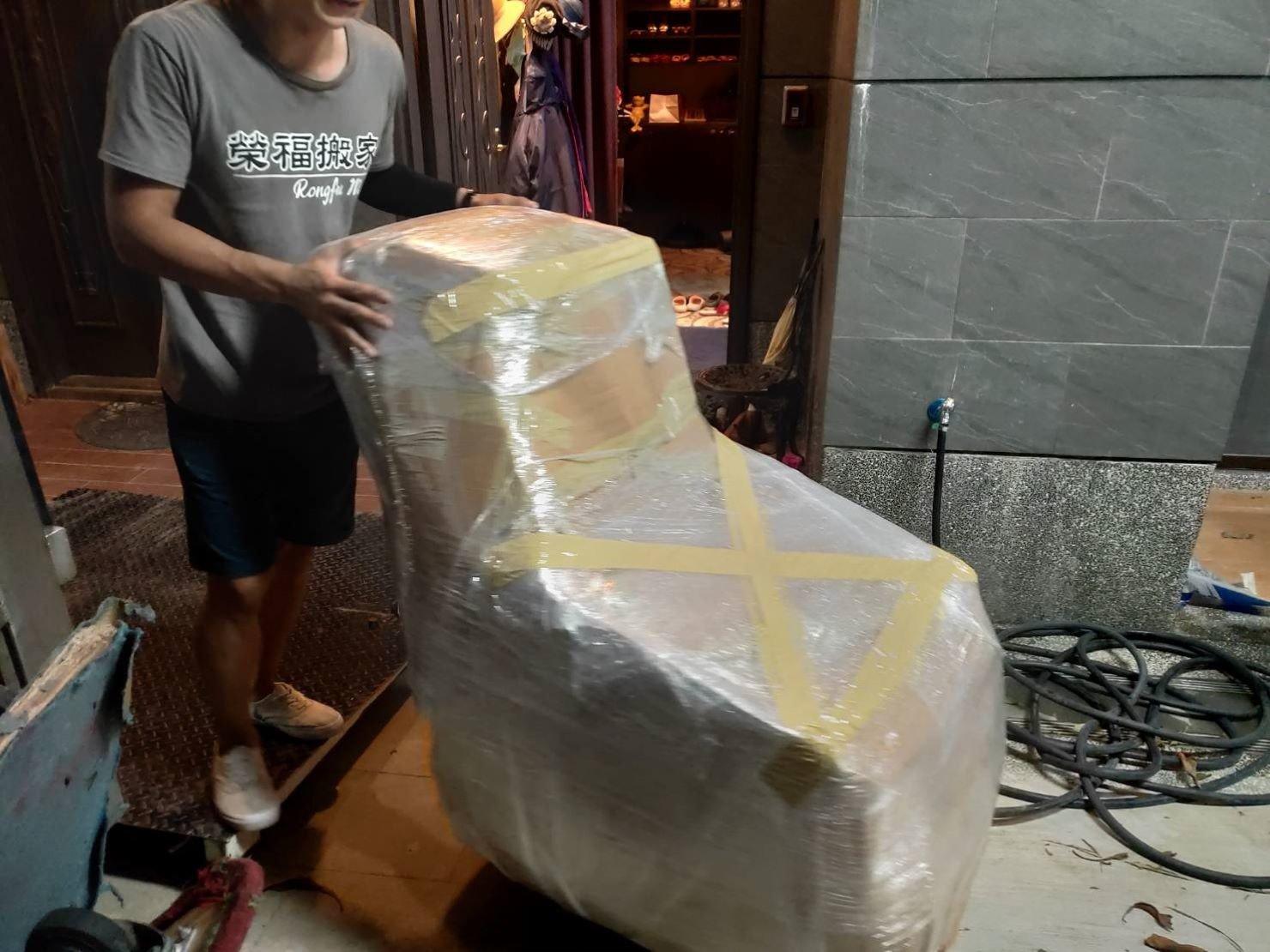 台北搬家公司推薦【榮福搬家】優質搬家,包裝搬運「細膩包裝、專業搬運、用心服務、以客為尊」值得您來選擇:按摩椅的精緻包裝服務。