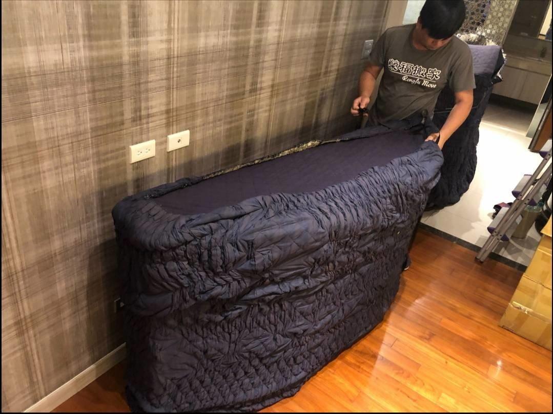 搬家公司推薦【榮福搬家】專業搬家,給您最有品質、最安全的搬運服務:實木製櫥櫃(下層)精緻包裝方式-以日式布套上下包袱兩層,再繫上布繩固定