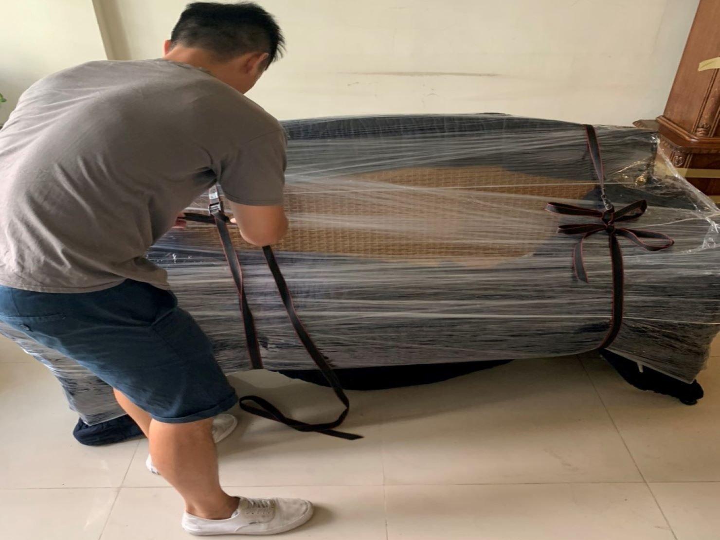搬家【榮福搬家】搬家公司推薦、口碑第一、台北搬家:三人座藤製椅以日式保護布套將藤製椅包覆,再用膠膜層層綑繞後繫上布繩。