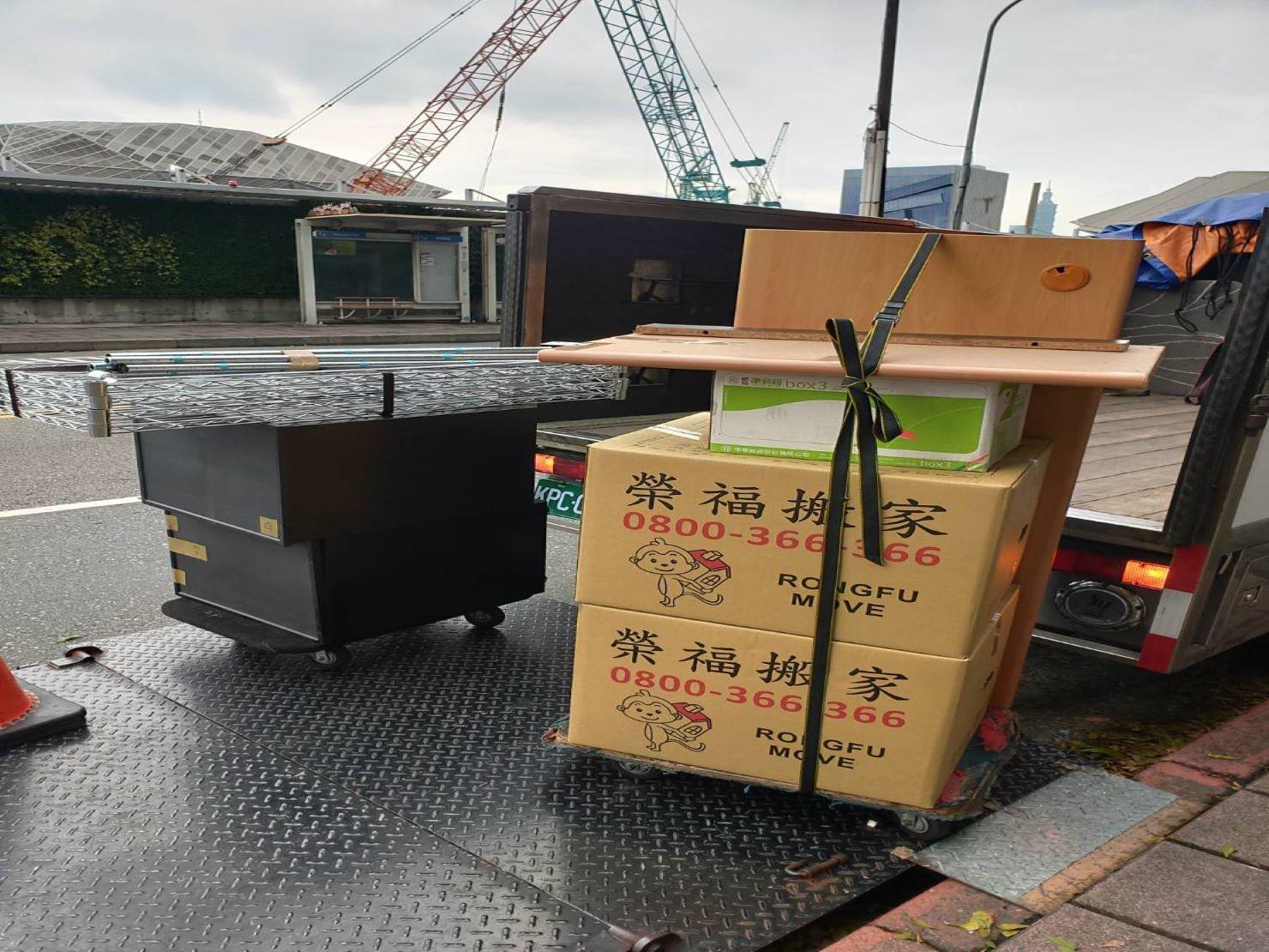 公司搬遷【榮福搬家】搬公司給您最有優質搬家、最安全的搬運服務:鐡架打包上貨車