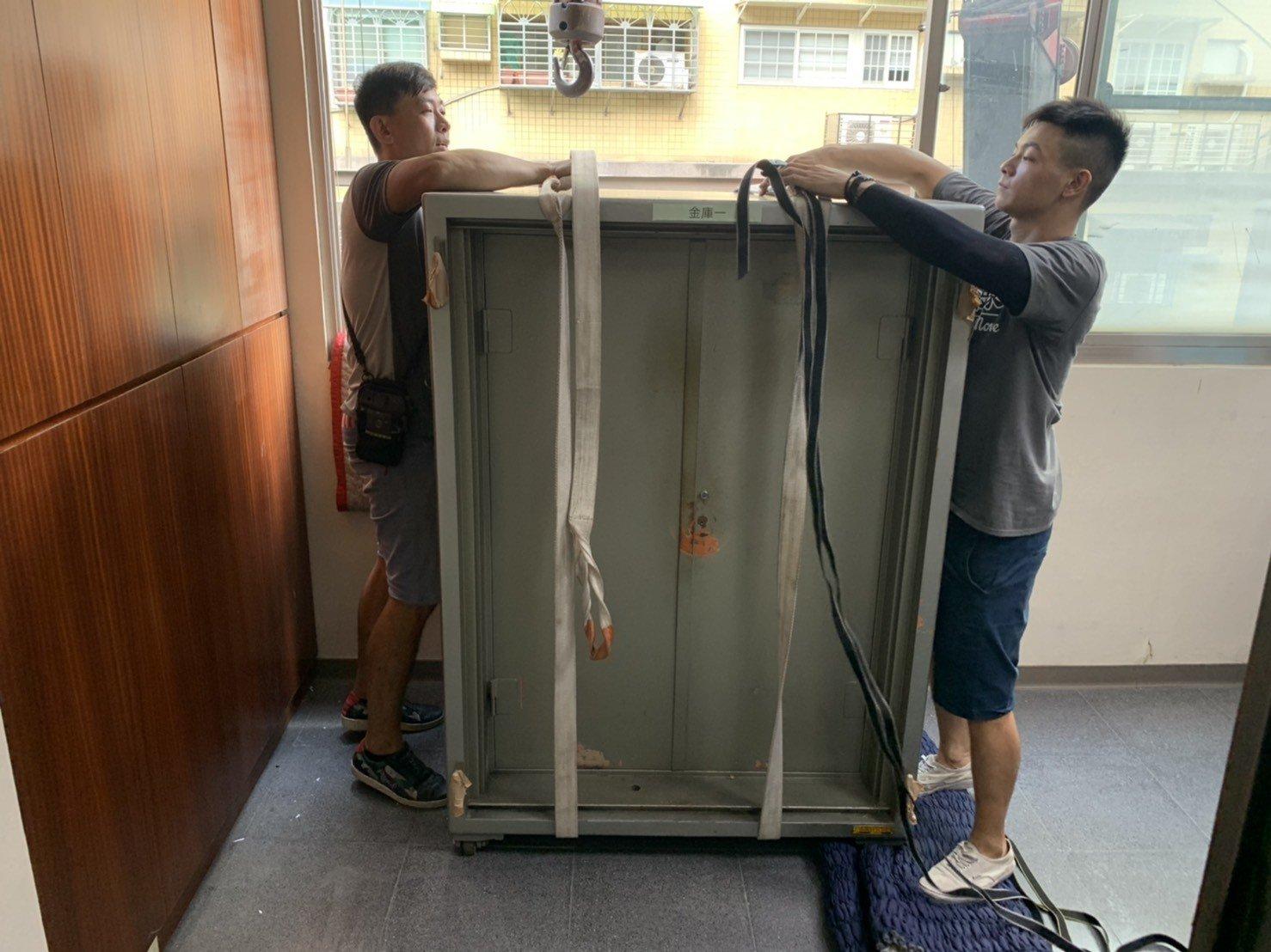【榮福搬家公司】搬家首選、台北搬家公司推薦:重物搬運服務重達600公斤以上的金庫搬運、保險櫃吊掛搬運,包裝搬運「細膩包裝、專業搬運、用心服務、以客為尊」是榮福搬家公司的宗旨與精神。歡迎立即來電02-2651-2727專人服務。