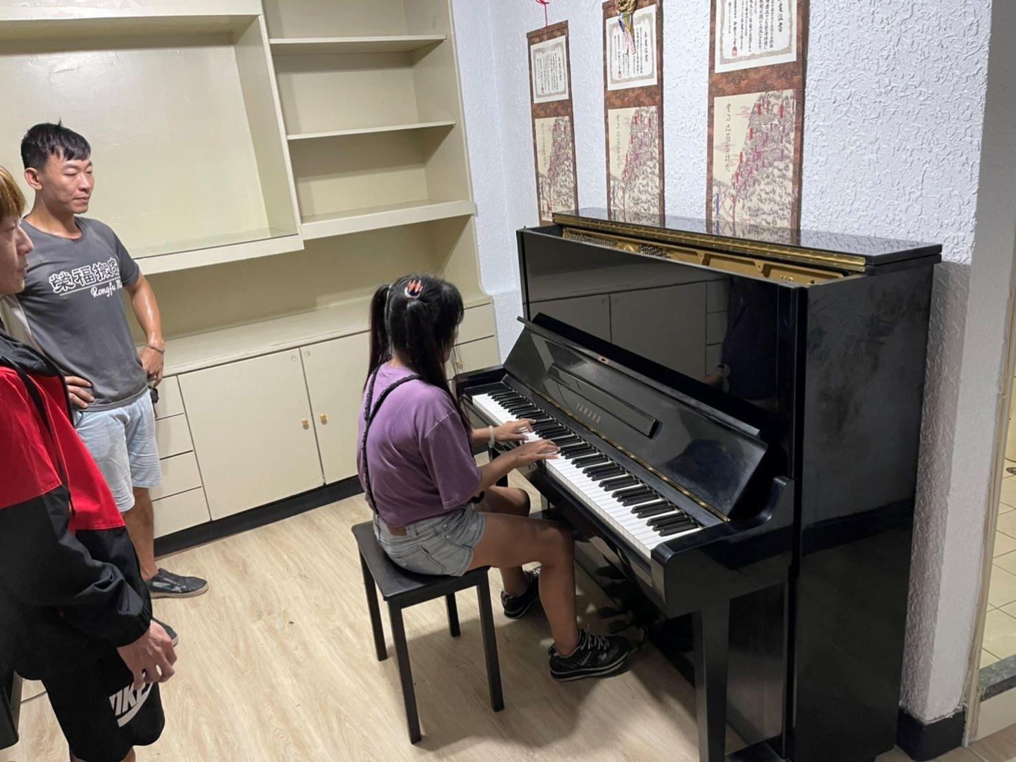 搬家推薦【榮福搬家】搬家口碑第一、台北搬家、新北搬家:鋼琴搬運至顧客新居後,依照顧客指定位置定位擺放,並拆卸掉防護布套。