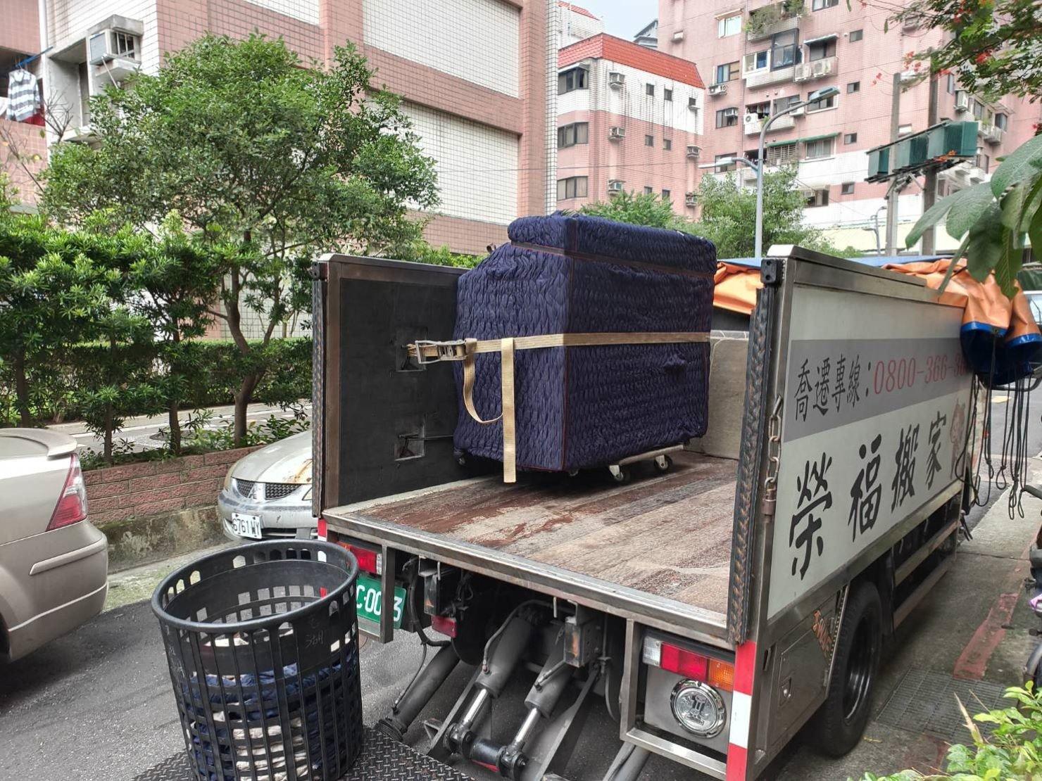 新北搬家【榮福搬家】搬家首選、台北搬家推薦:榮福搬家精搬鋼琴-將鋼琴搬運至貨車上後,以機器繩固定於防碰撞特殊材質車身面。