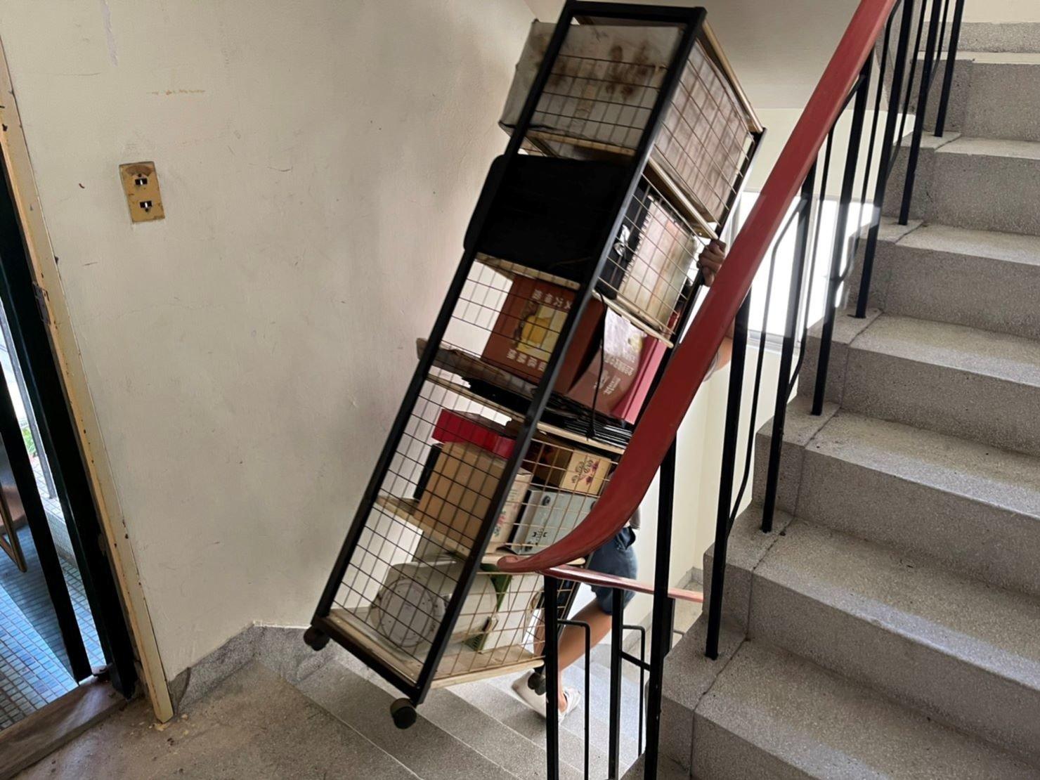 搬家推薦【榮福搬家】搬家口碑第一、台北搬家、新北搬家:【廢棄物處理清運、家庭家具垃圾處理】榮福搬家師傅將顧客不要的鐵架及上面不要的物件,從舊址4樓樓梯背於身上搬運至1樓搬家貨車上,要載去廢棄處理。