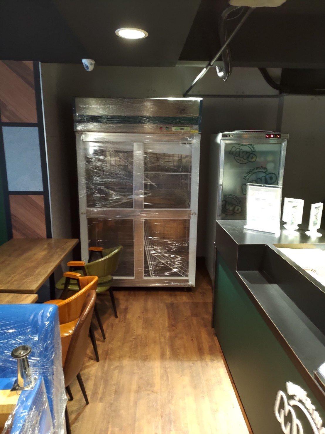 搬家公司推薦【榮福搬家】搬遷好品質值得您的信賴與選擇:搬冰箱-榮福搬家公司專業搬運冰箱,利用板車將冰箱運送至店面指定位置固定擺放。