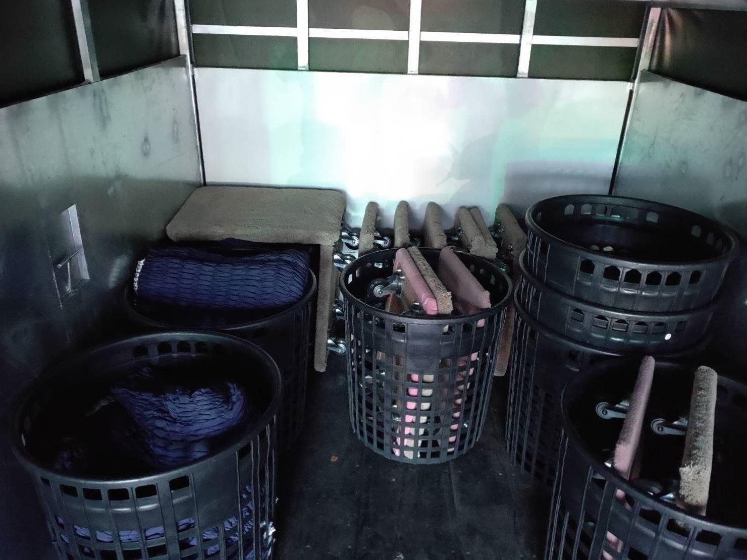 每台搬遷貨車均配有搬家所需配備-板車、蔞子、軍用包裹毯、日式伸縮保護套(大、中、小)、工具箱、電動鑽組、布繩、束帶(大、中、小)、膠膜、膠帶(透明、布紋)