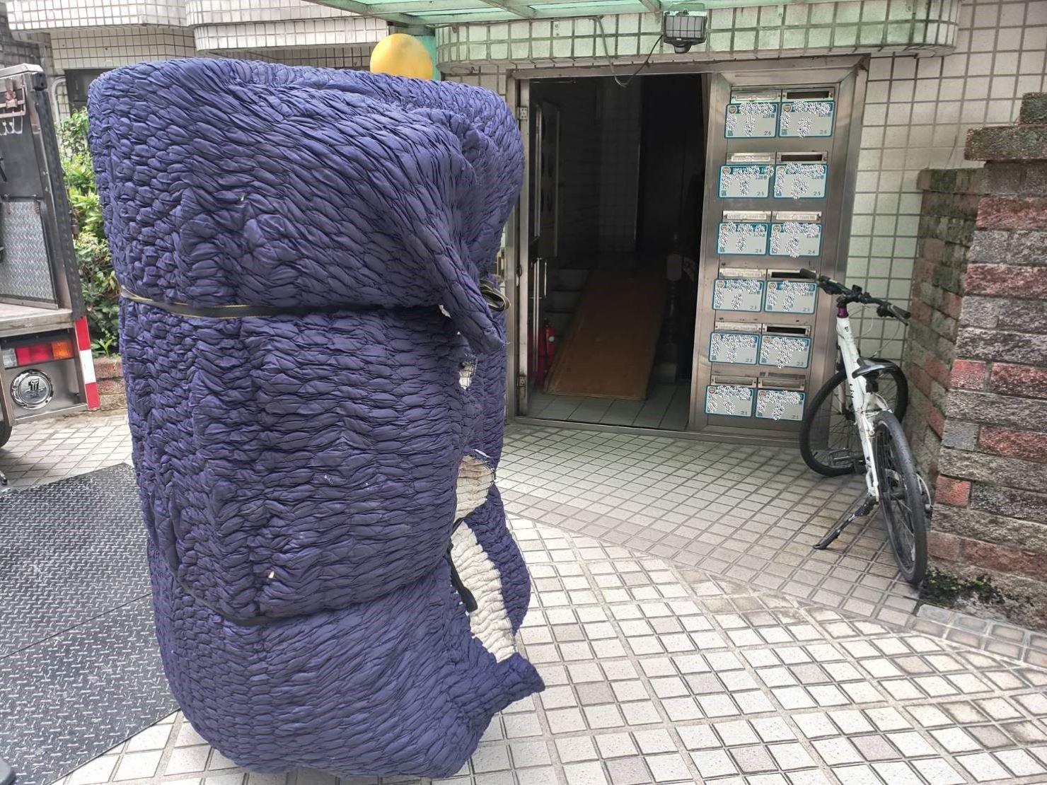 台北搬家推薦【榮福搬家公司】台北搬家、值得您來選擇:用日式伸縮布套包覆住沙發,防碰撞磨損、防弄髒沾汙。