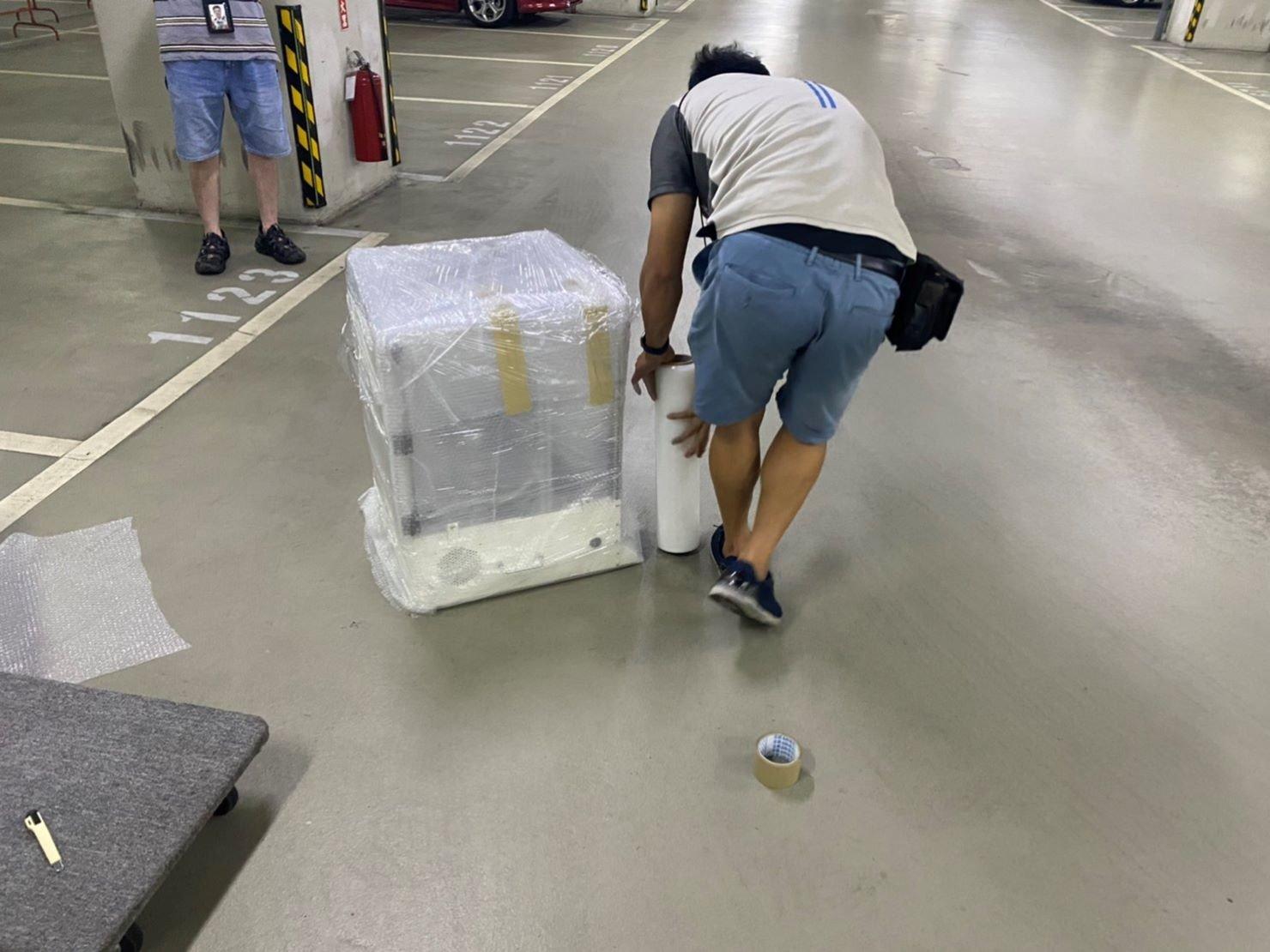 專人打包、搬家公司推薦、新北搬家公司推薦【榮福搬家公司】基隆搬家、南港搬家、桃園搬家公司推薦、家庭搬家、精密儀器搬運、精密儀器包裝、精緻搬家、精緻包裝、裝箱打包、跨縣市搬家、搬工計時、人工搬運、床墊搬運、冰箱搬運、搬家具、單件搬運、單一物件搬運、藝術品包裝、藝術品搬運、搬家首選、吊掛搬運、吊家具搬運、搬家紙箱、氣泡捲、膠膜、黃色透明膠帶、大型家具搬運、紅酒瓶精緻包裝、紅酒櫃包裝、台北搬家公司推薦:大台北搬家,精緻包裝搬運「細膩包裝、專業搬運、用心服務、以客為尊」是榮福搬家公司的宗旨與精神。歡迎立即來電02-2651-2727專人服務。